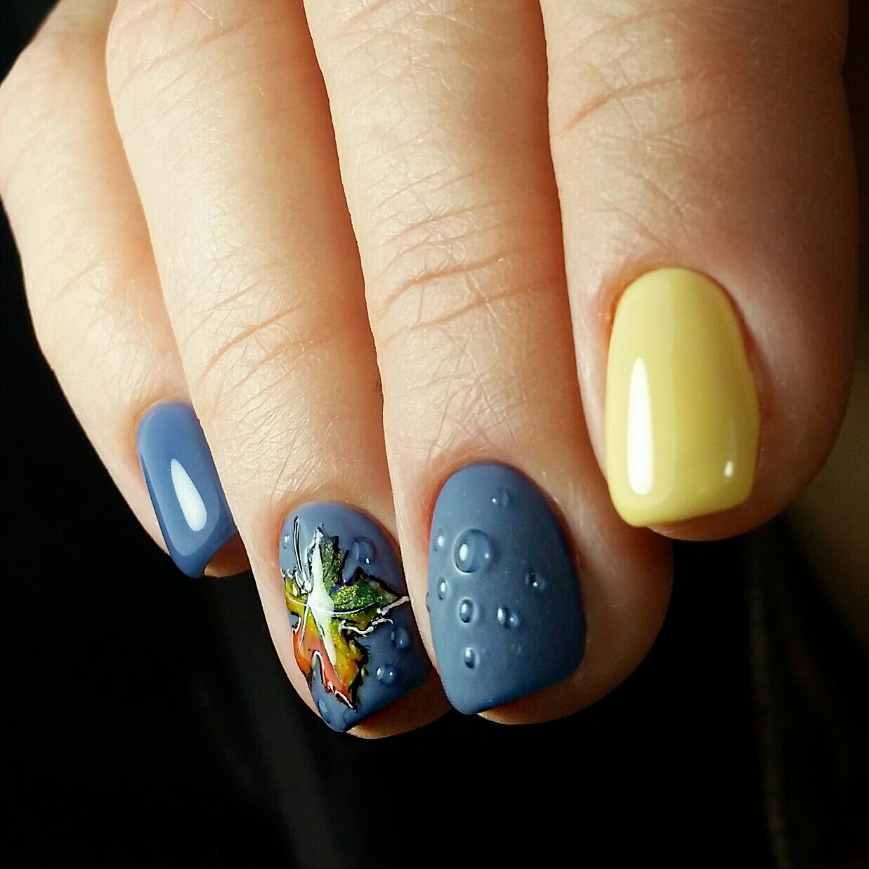 """Маникюр в синем цвете в контрастным жёлтым дизайном, капельками и слайдером """"осенний лист""""."""