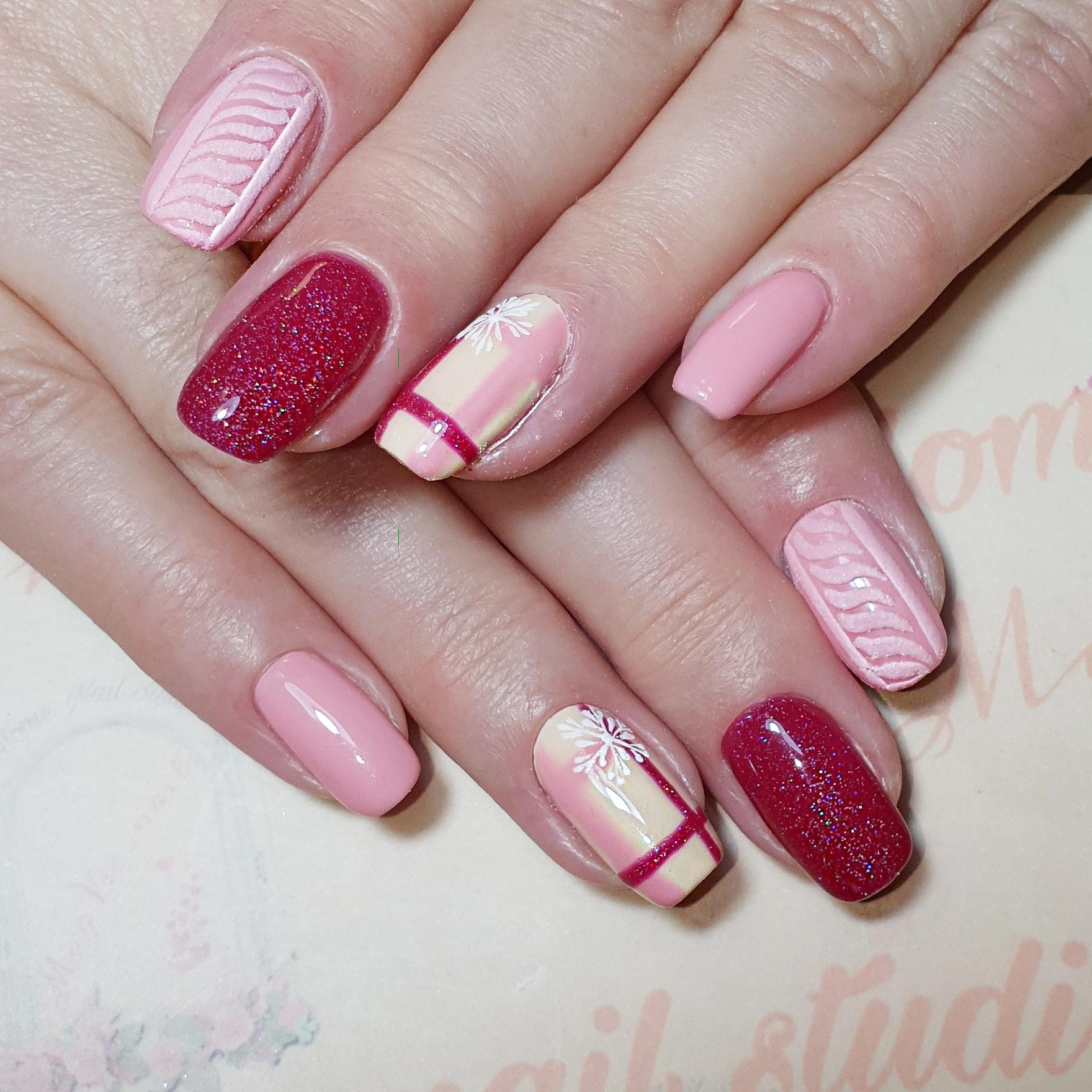 Вязаный маникюр с геометрическим рисунком и блестками в розовом цвете.