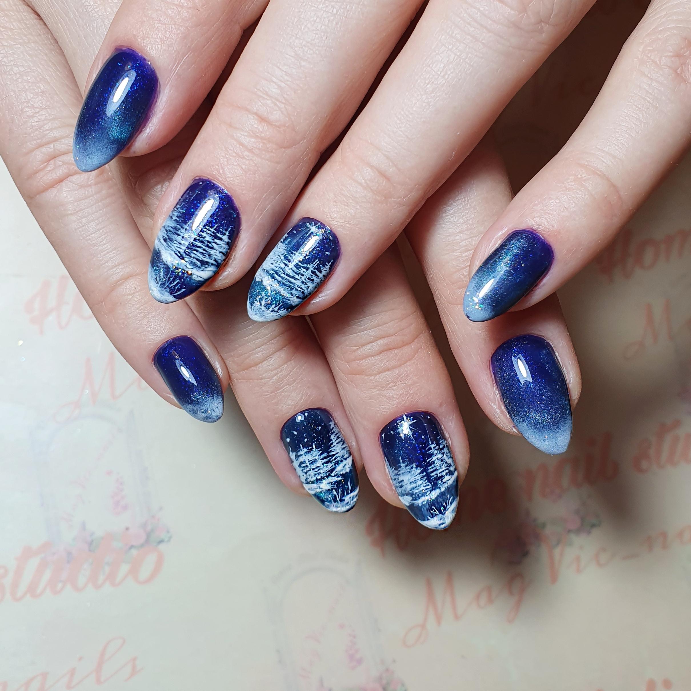 """Маникюр в синем цвете с белым градиентом и рисунком """"зимний пейзаж""""."""