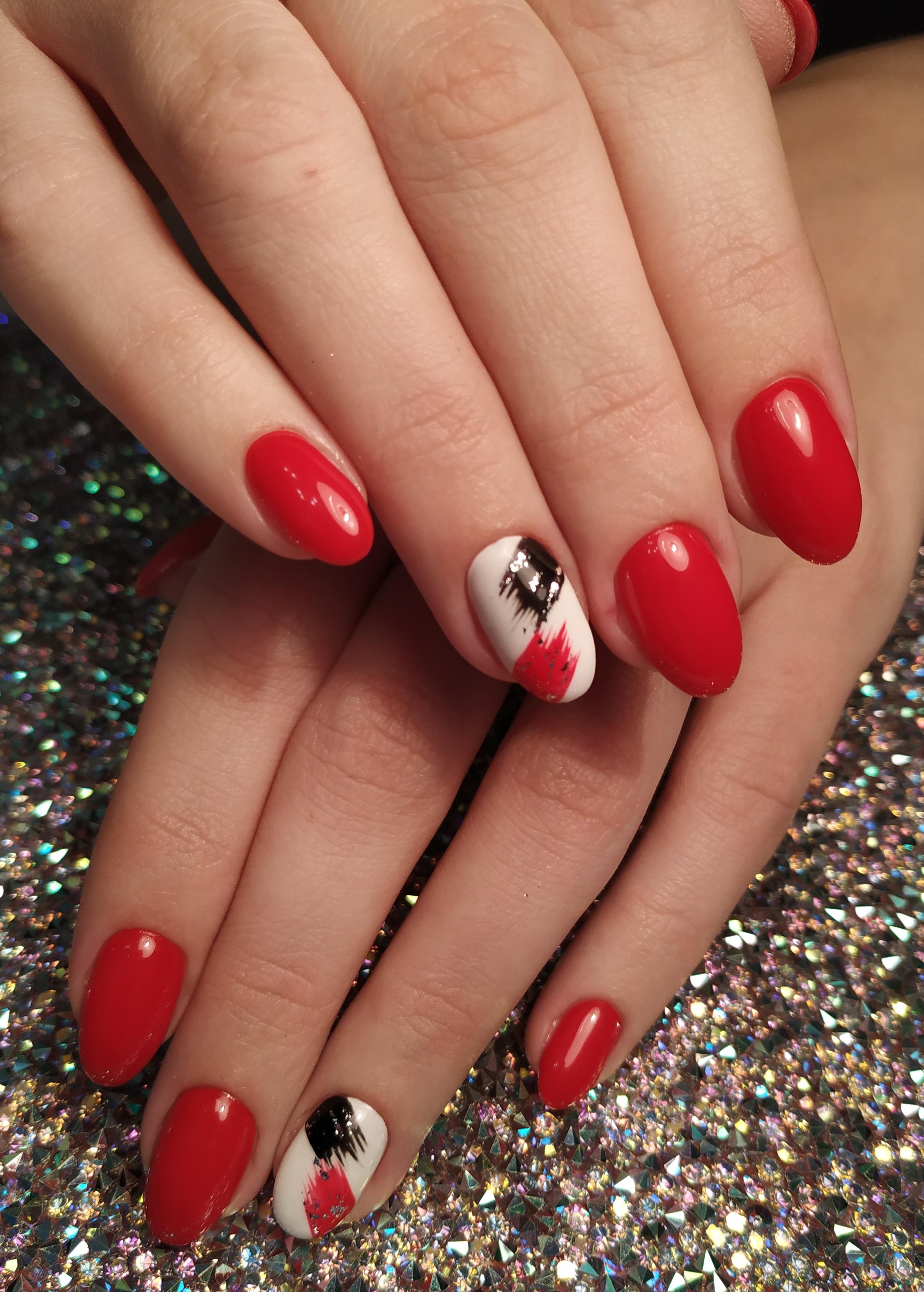 Маникюр в красном цвете с абстрактным рисунком и блёстками.