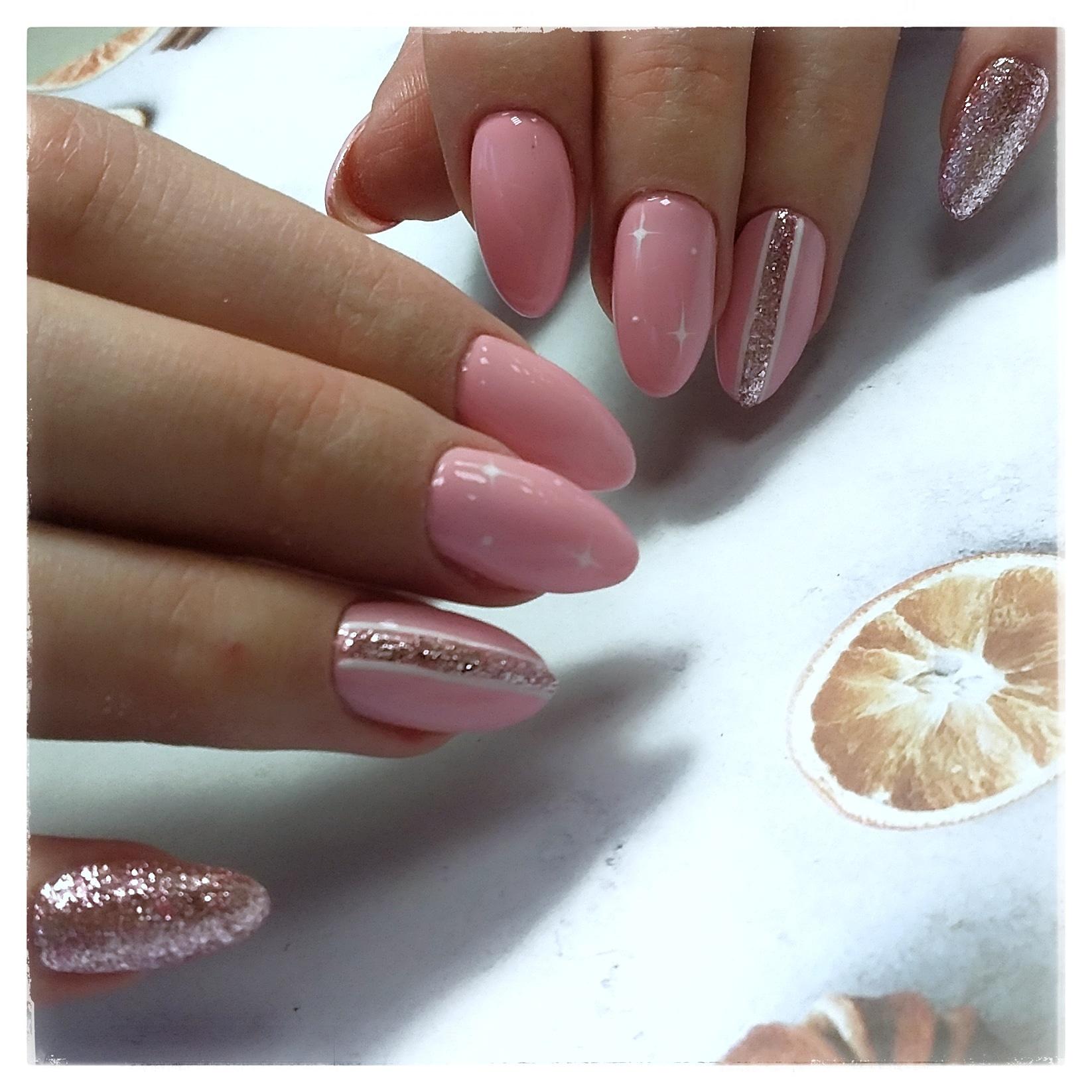 Маникюр в розовом цвете с блёстками розовое золото.