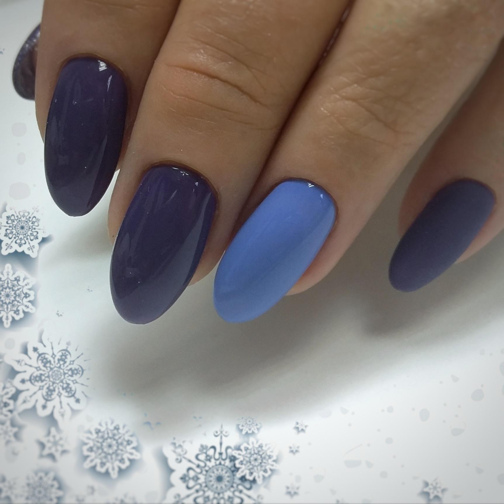 Маникюр в фиолетовом цвете с голубым дизайном.