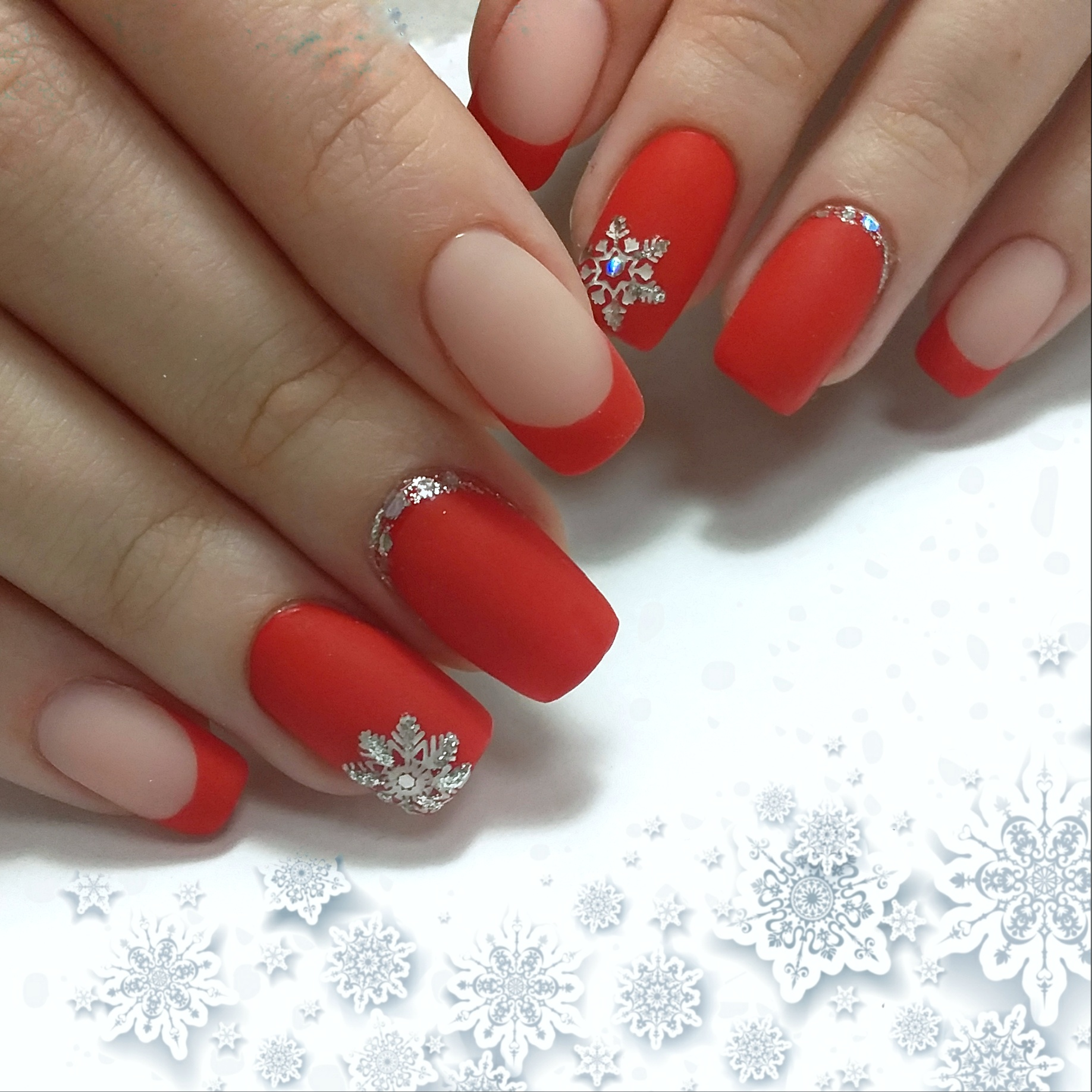 """Матовый френч в красном цвете с серебряными """"снежинками""""."""