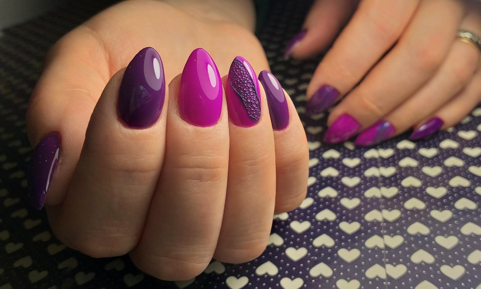 Маникюр с bubble-эффектом в баклажановом цвете на короткие ногти.