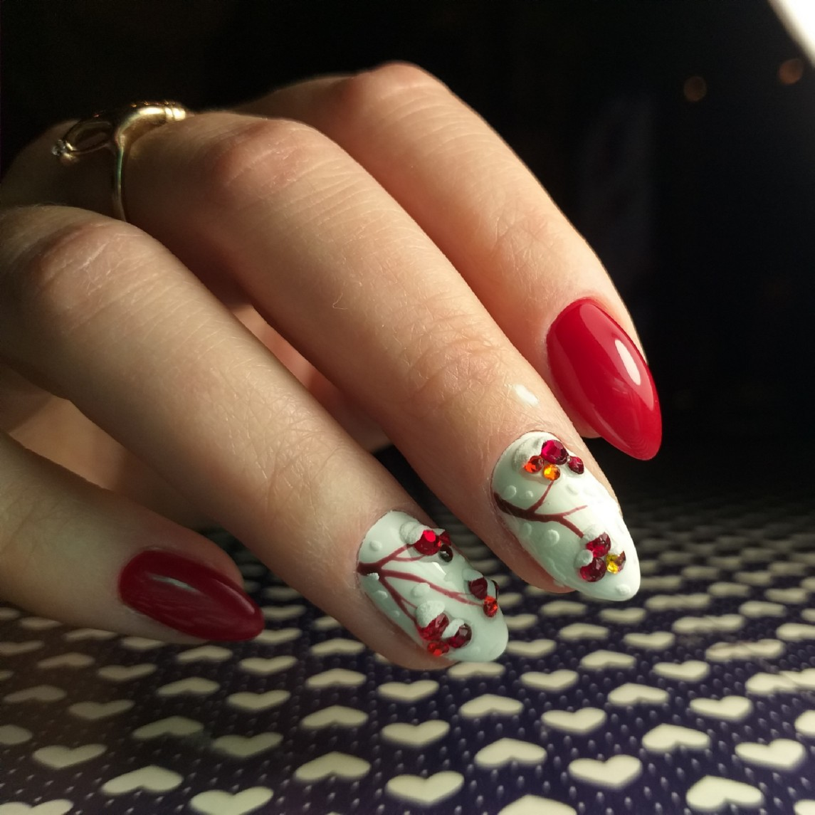 Зимний маникюр с рисунком и стразами в красном цвете на короткие ногти.