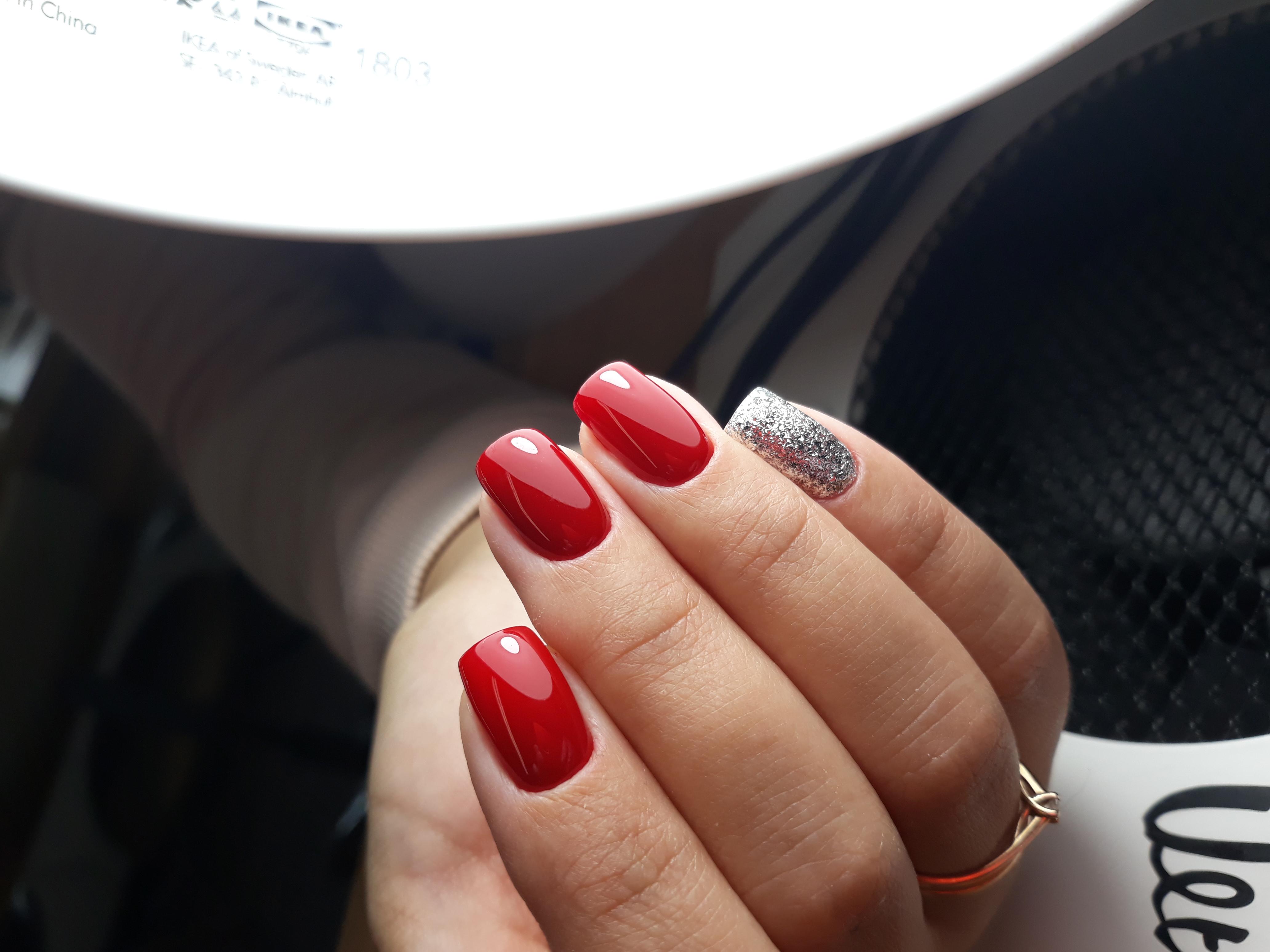 Маникюр в красном цвете с серебряными блёстками.