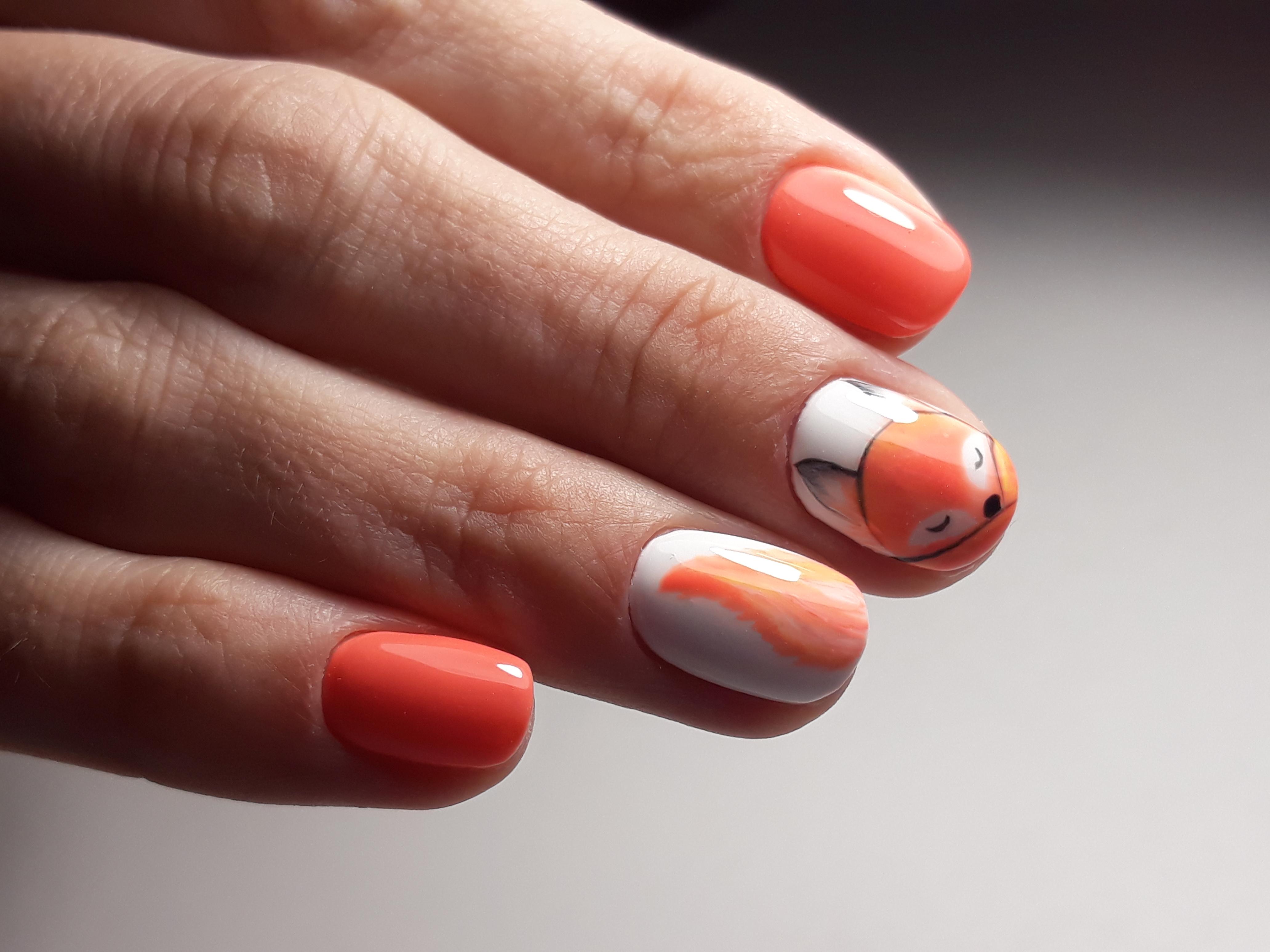 """Маникюр в оранжевом цвете с мультяшным рисунком """"лисичка"""""""