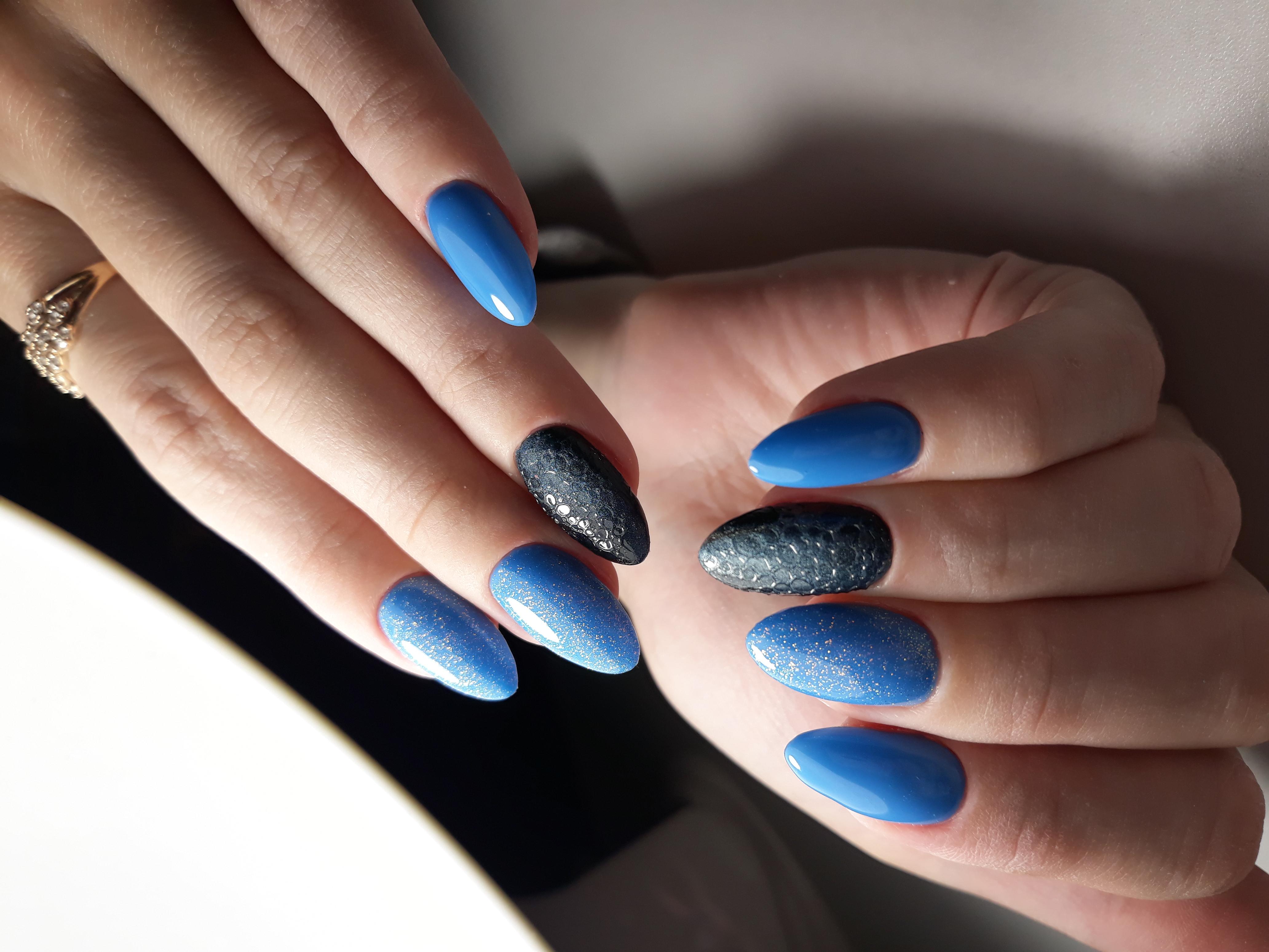 Маникюр в голубом цвете с чёрным дизайном с bubble-эффектом.