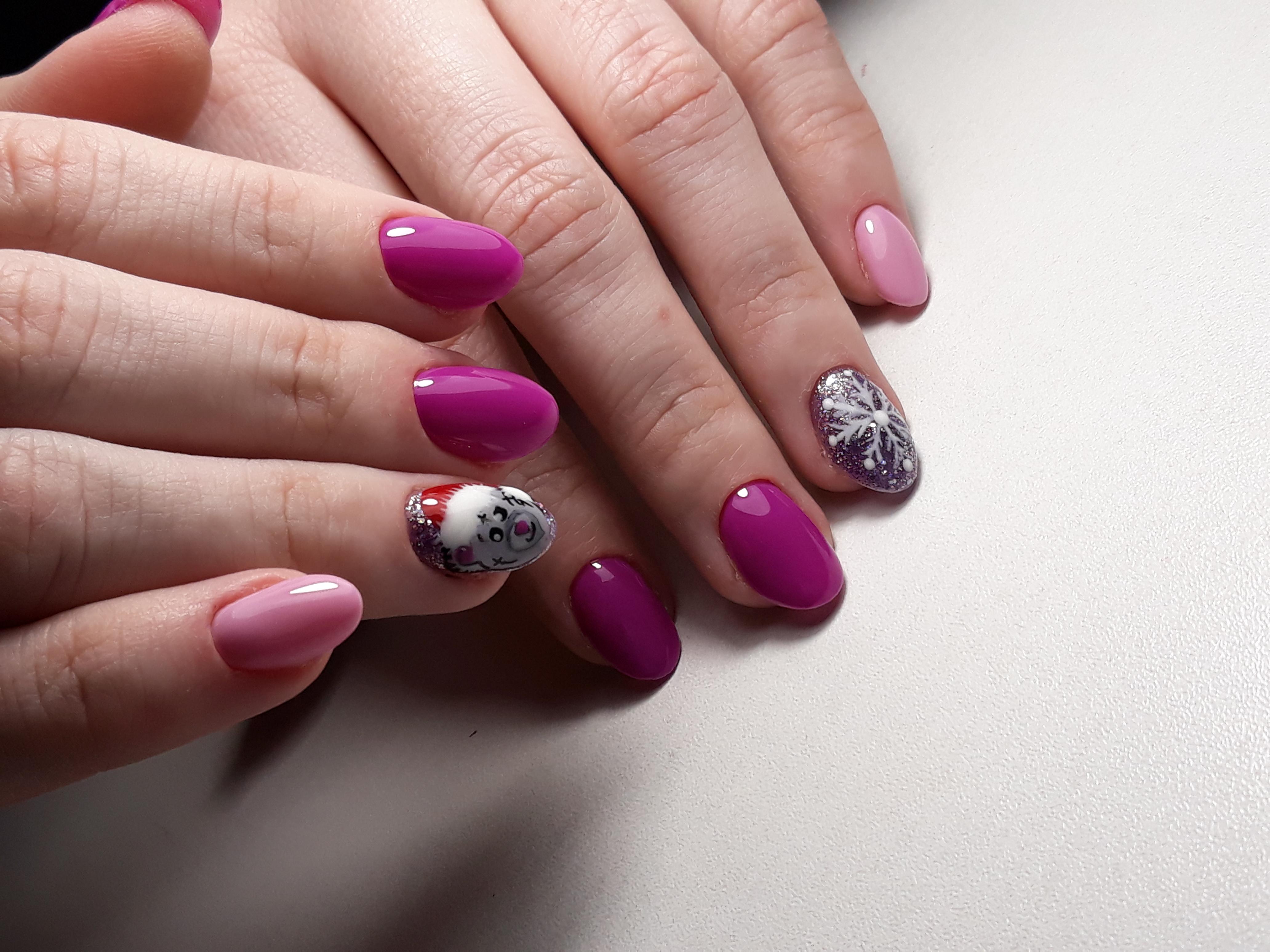 """Маникюр в баклажановом цвете с розовым дизайном, мультяшным новогодним рисунком """"Мишка Тедди"""" и """"снежинка""""."""