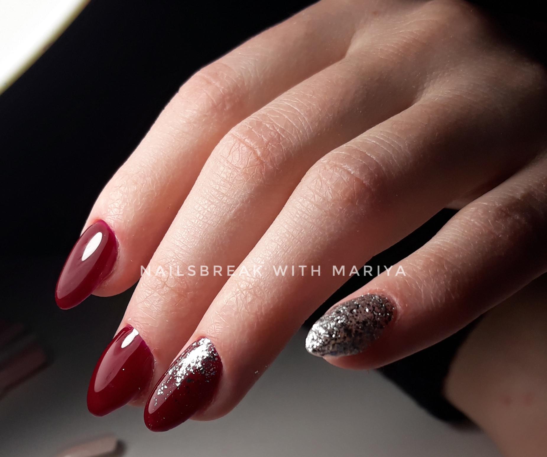 Маникюр в тёмно-красном цвете с серебряными блёстками.