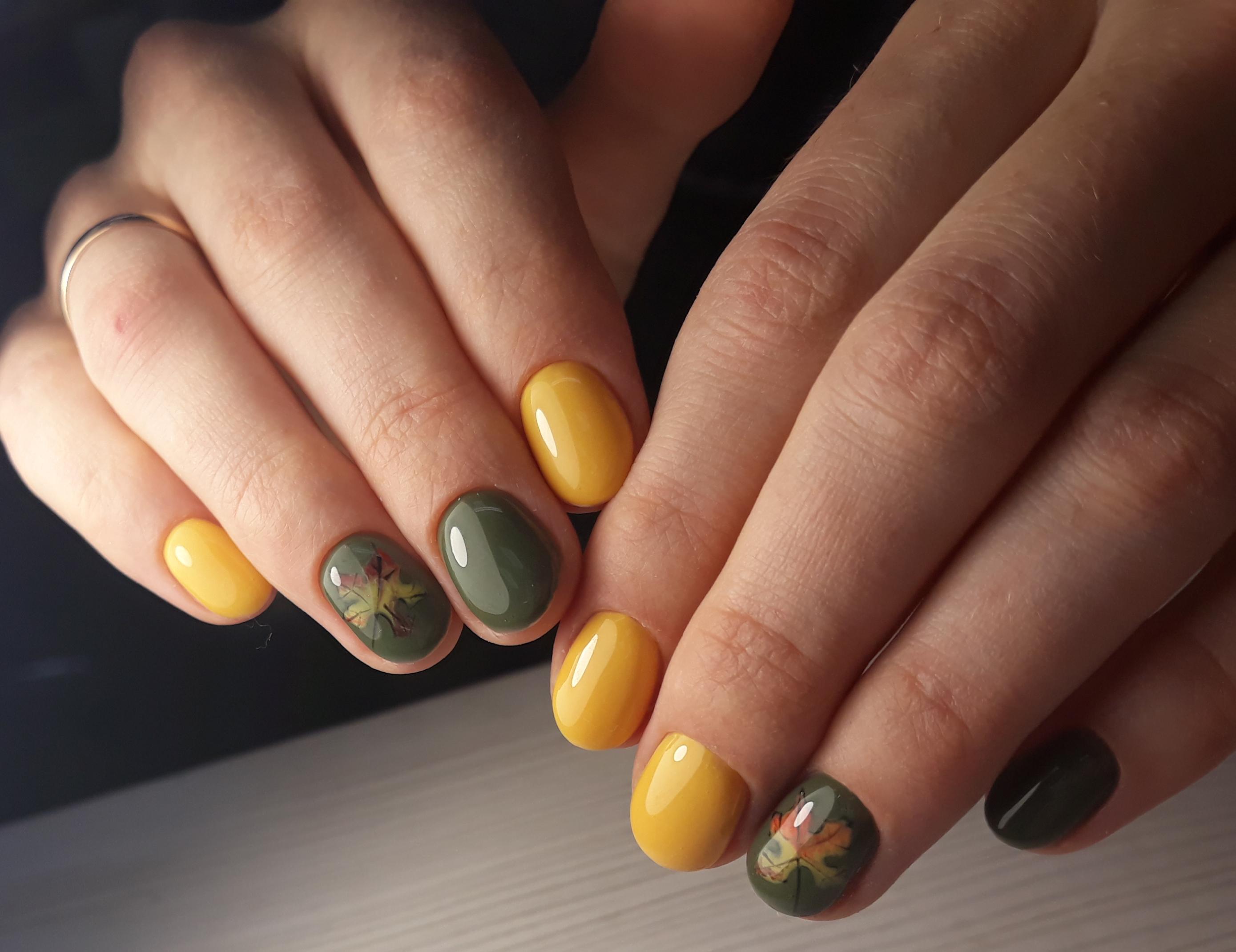 """Маникюр в жёлтом цвете с оливковым дизайном и слайдерами """"осенний лист""""."""