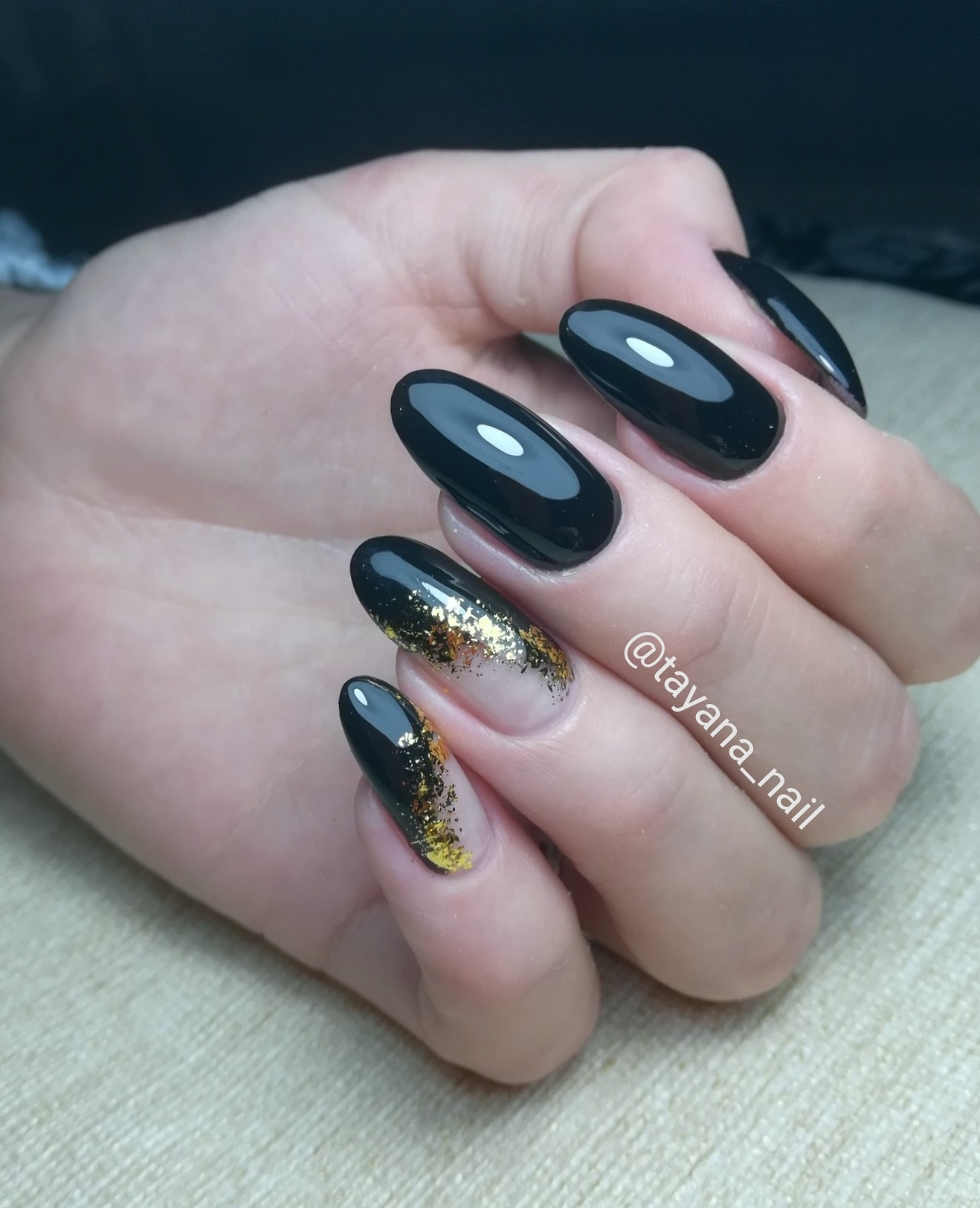Маникюр в чёрном цвете с золотыми блёстками.