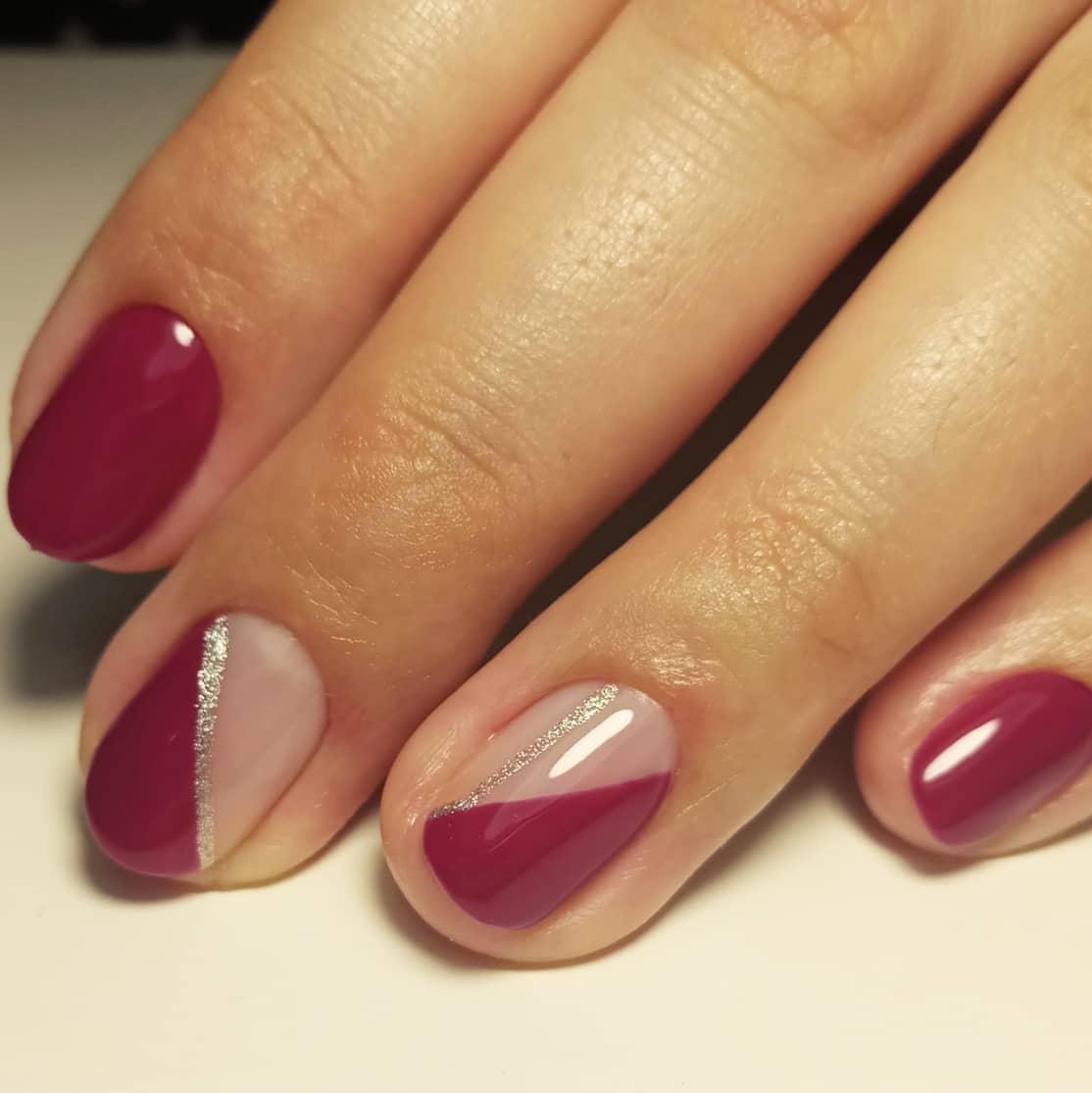 геометрический маникюр с серебряными блестками в баклажновом цвете на короткие ногти.