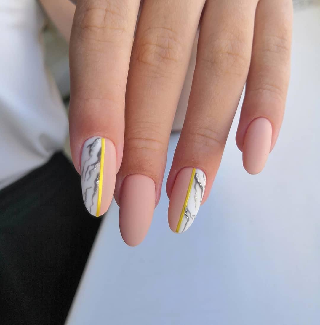 Матовый маникюр с мраморным дизайном и золотыми полосками в персиковом цвете на длинные ногти.