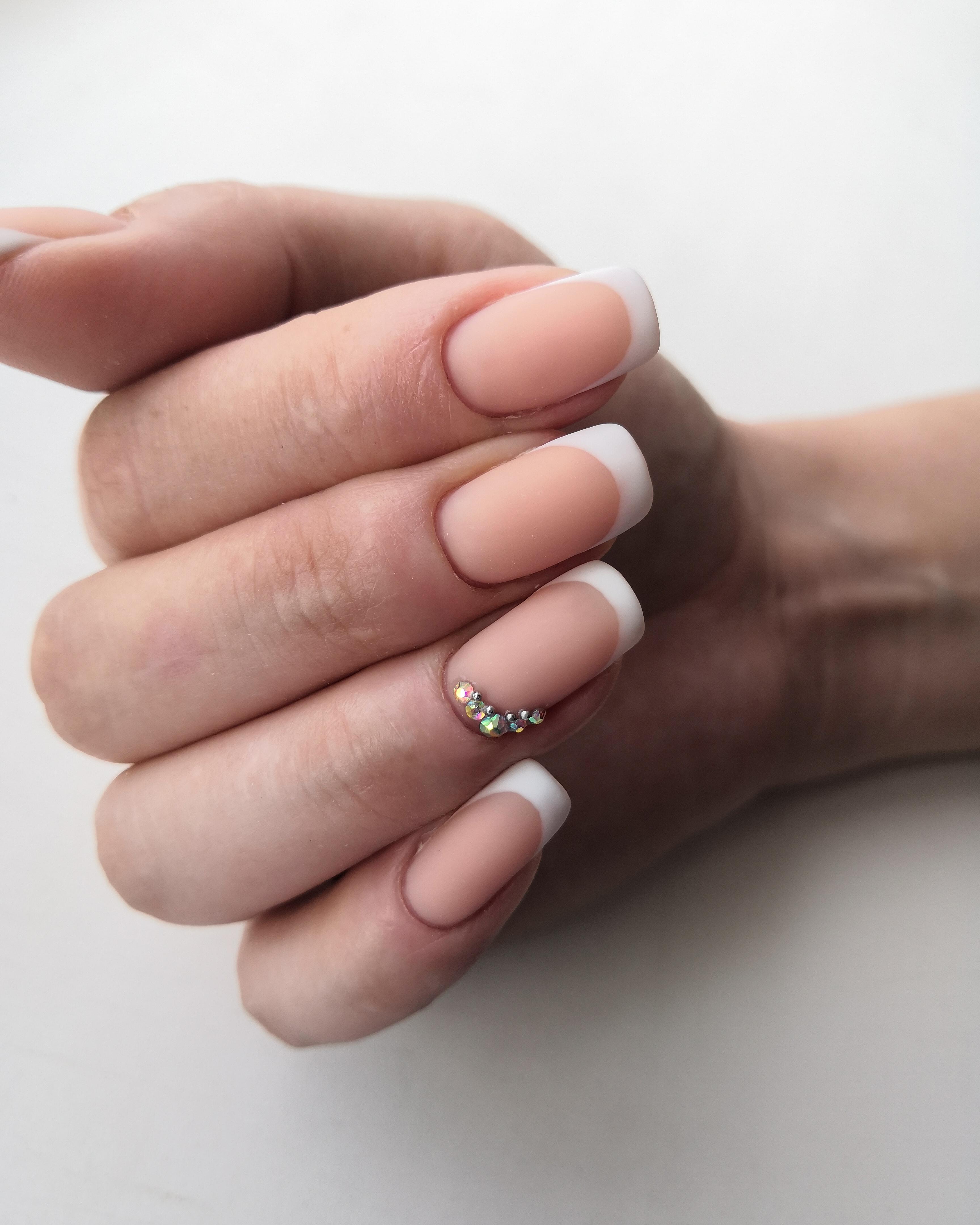 Матовый френч со стразами на длинные ногти.