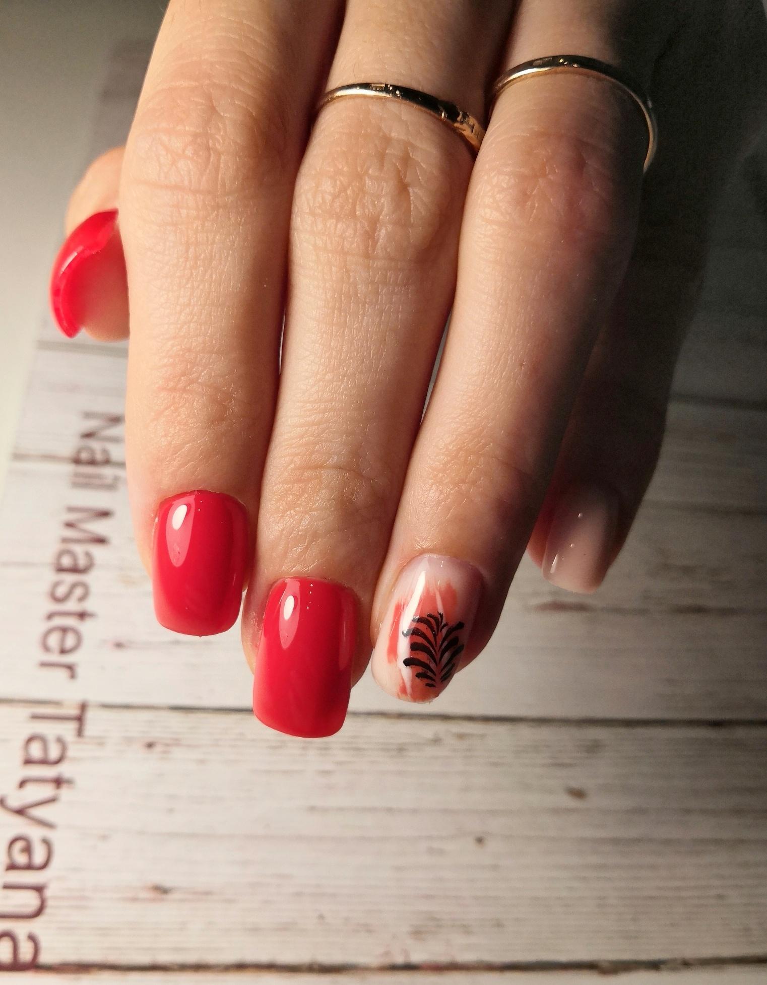 Маникюр с растительным слайдером в красном цвете на короткие ногти.
