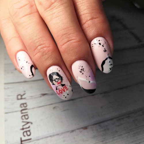 Дерзкие ногти с рисунком и надписью.