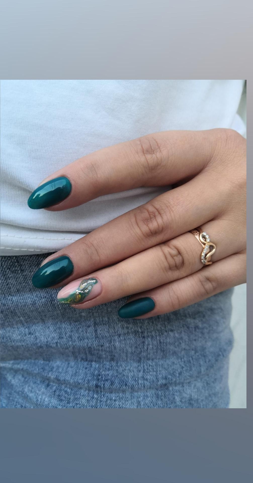 Маникюр с морским дизайном в темно-зеленом цвете на длинные ногти.