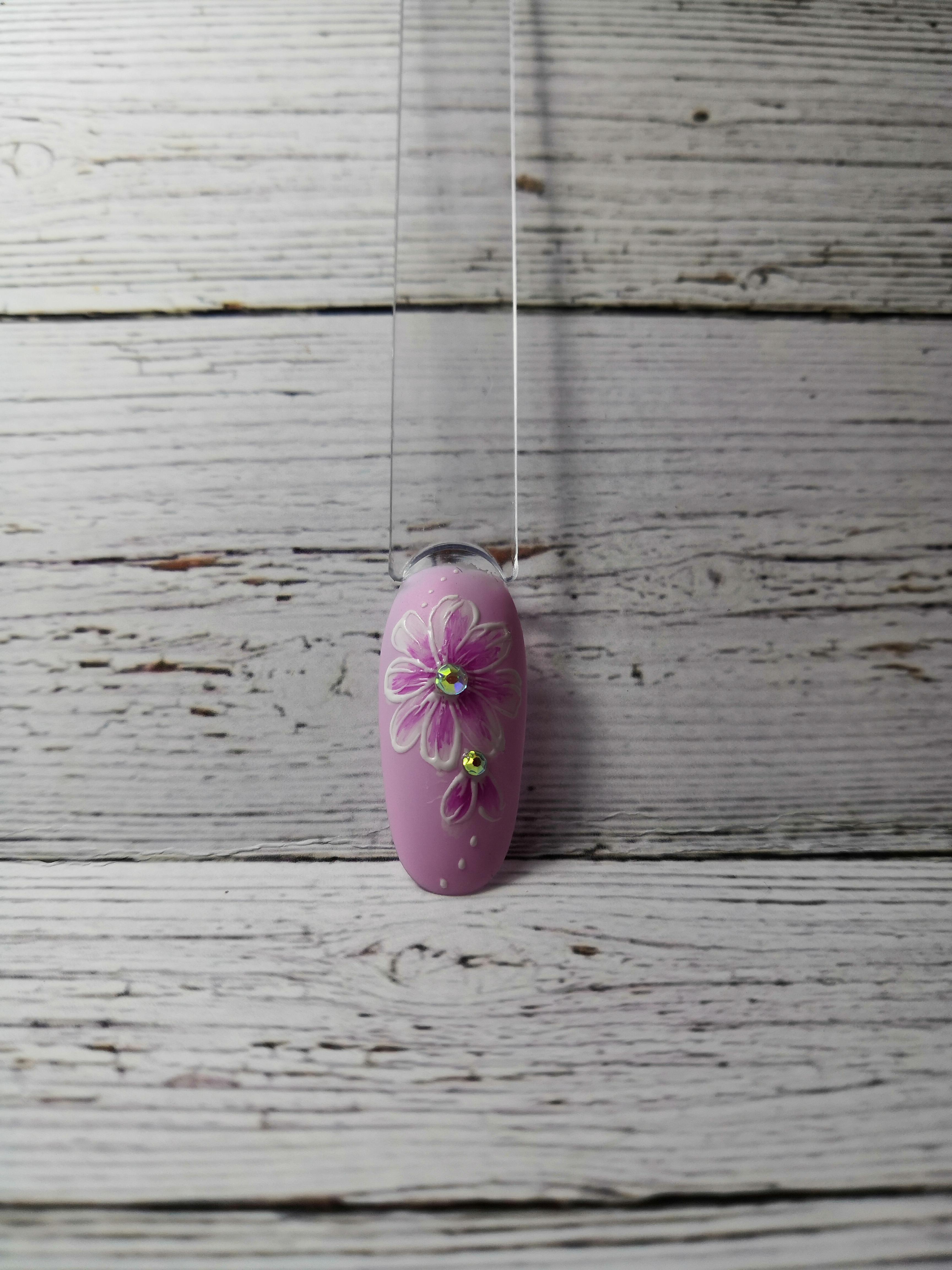 Маникюр с цветочным рисунком и стразами в розовом цвете.