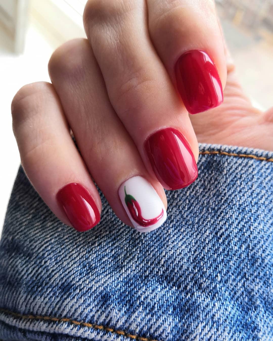 Маникюр с перцем чили в красном цвете  на короткие ногти.