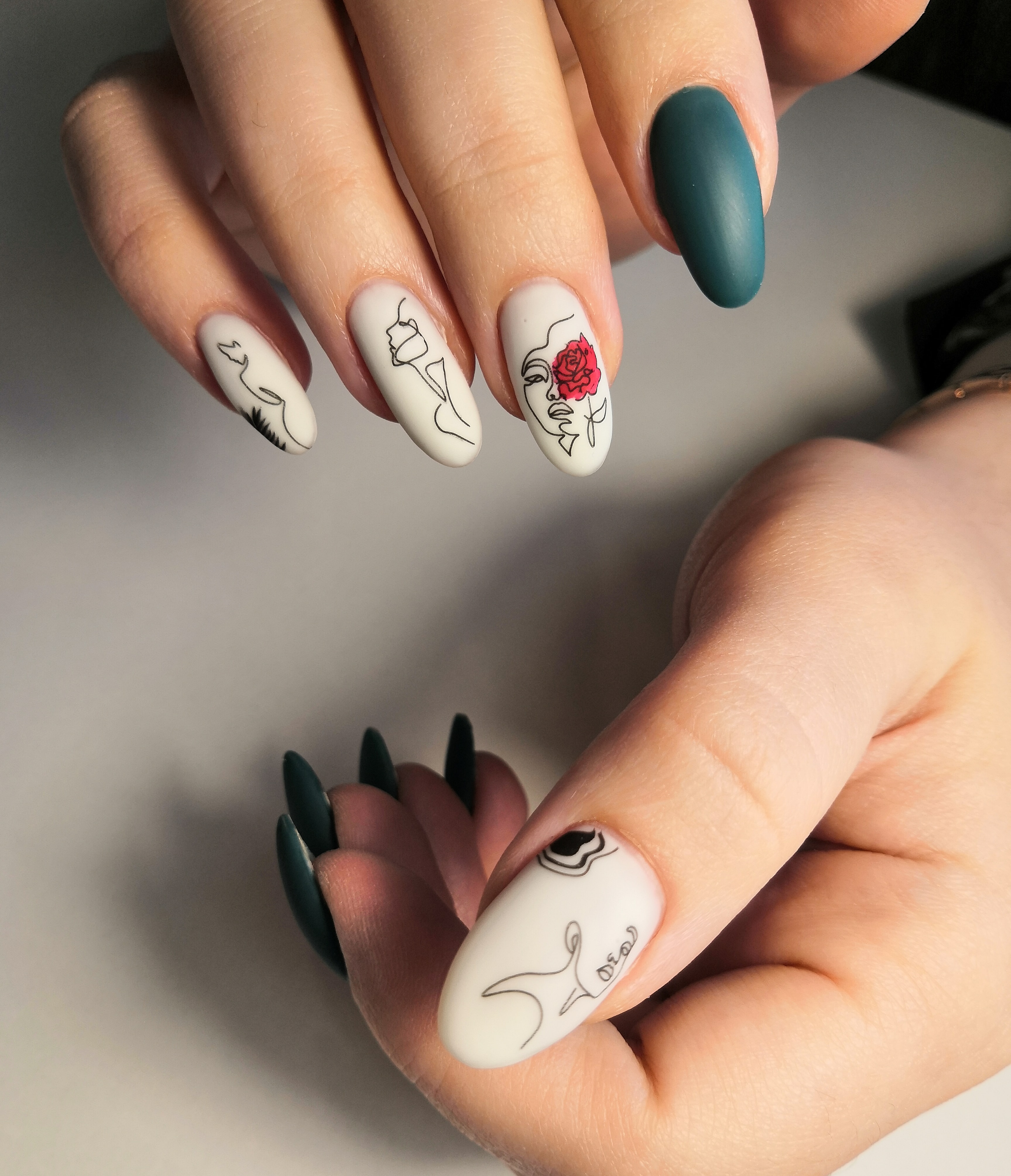 Контрастный матовый маникюр со стемпингом на длинные ногти.