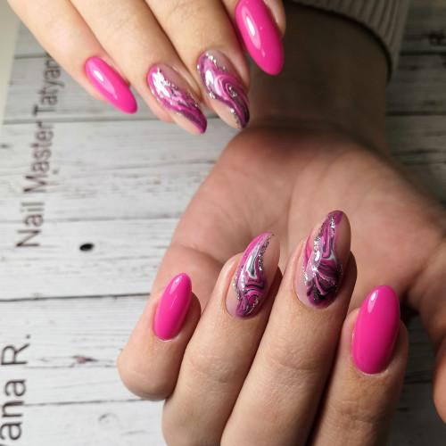 Розовый дизайн маникюра с камнями.