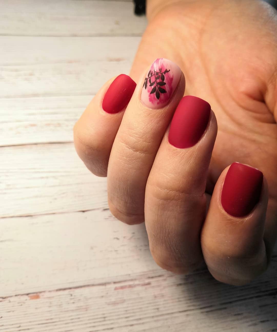 Маникюр в красном цвете со стемпингом под матовым топом