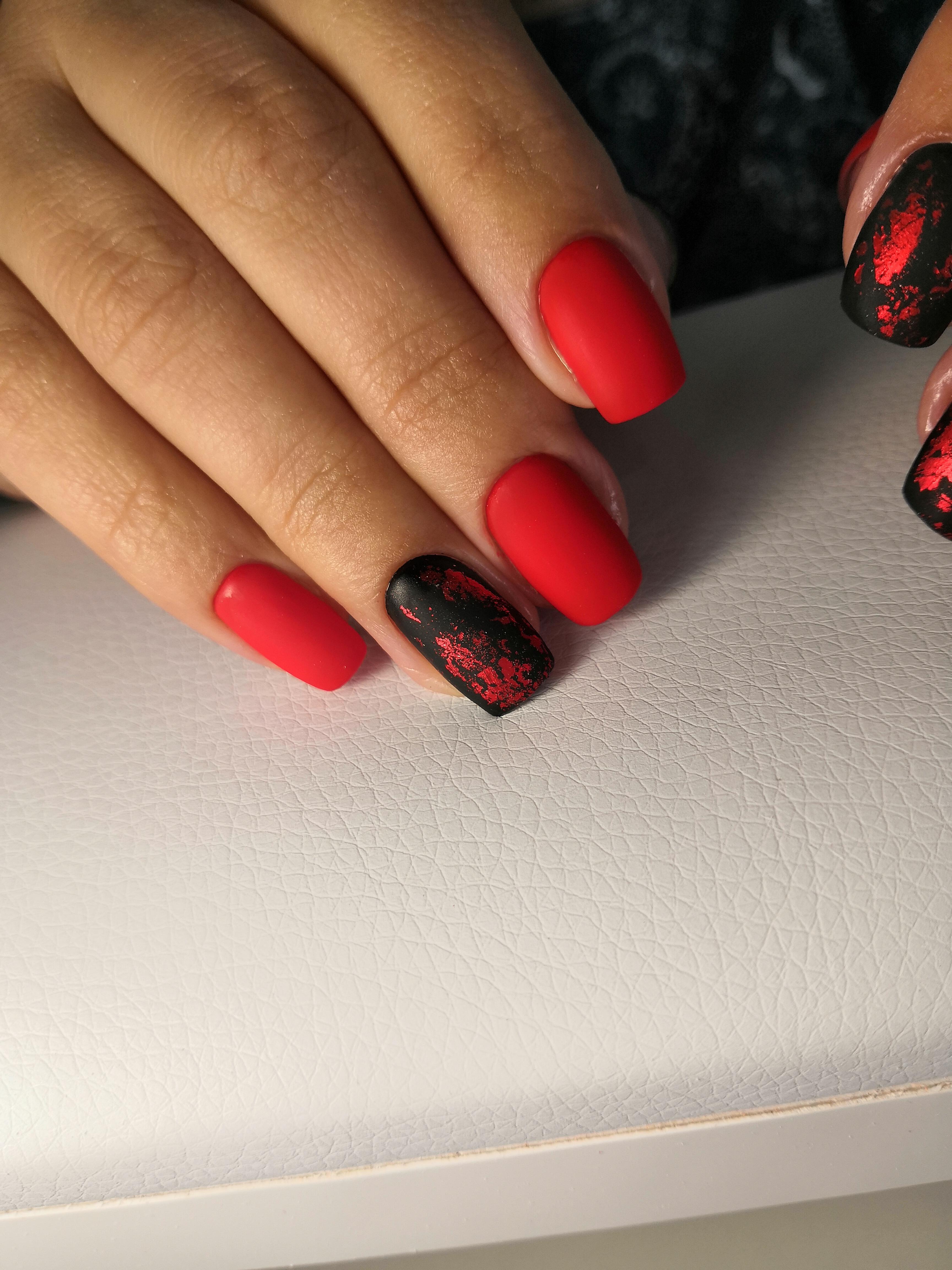 Маникюр с фольгой в красно-чёрном цвете