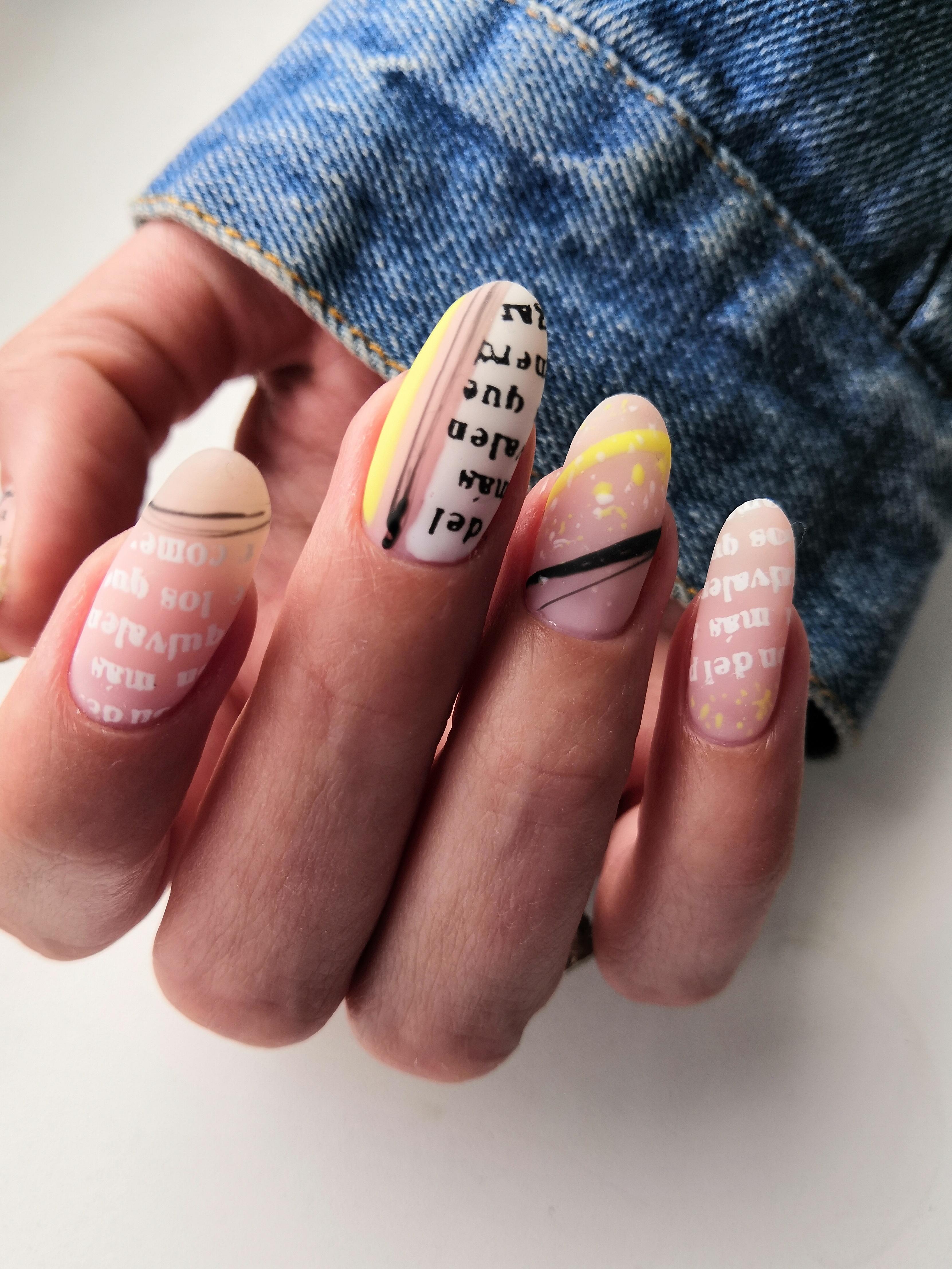 Матовый маникюр с абстрактным рисунком и надписями на длинные ногти.