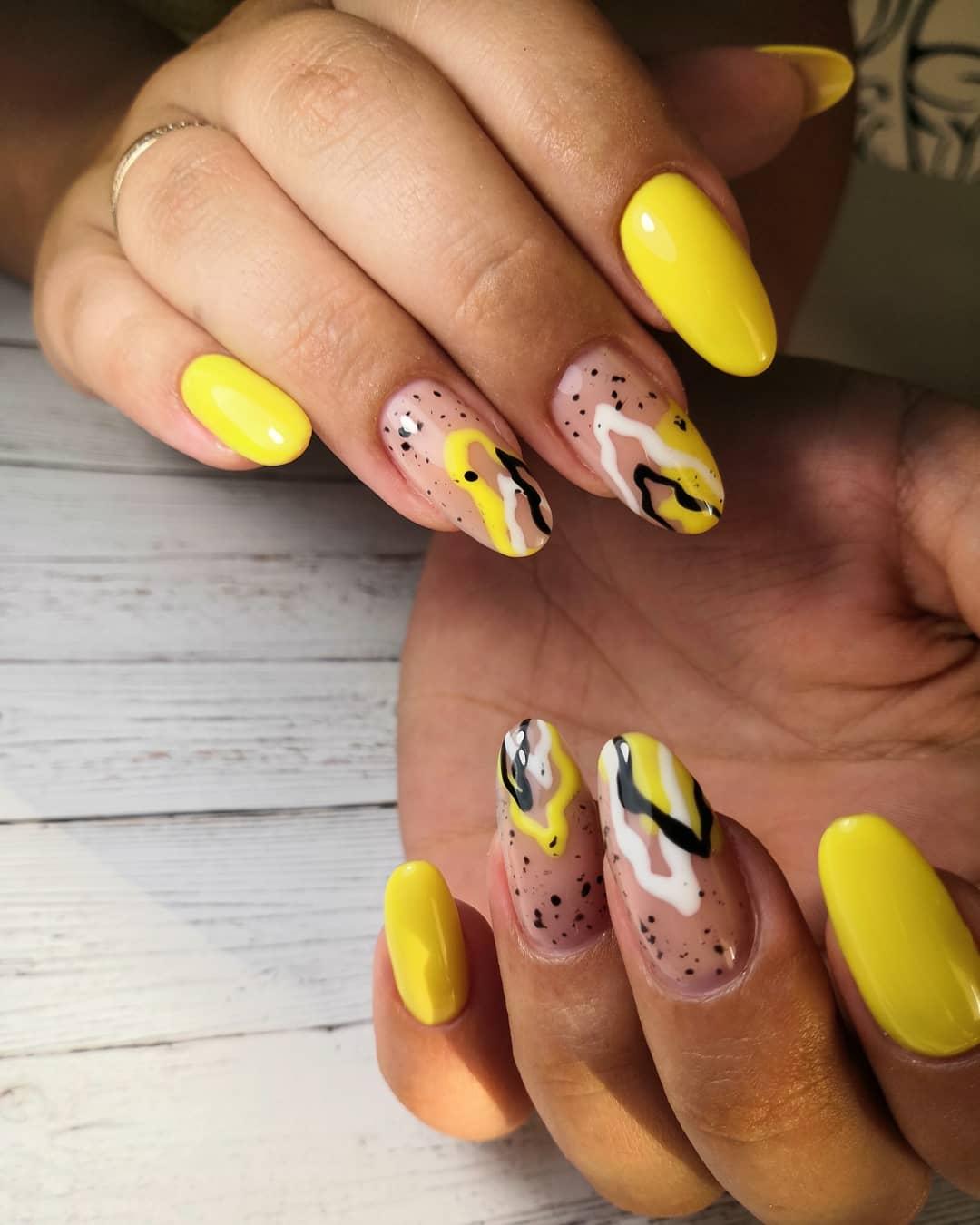 Маникюр с абстрактным рисунком в желтом цвете на длинные ногти.