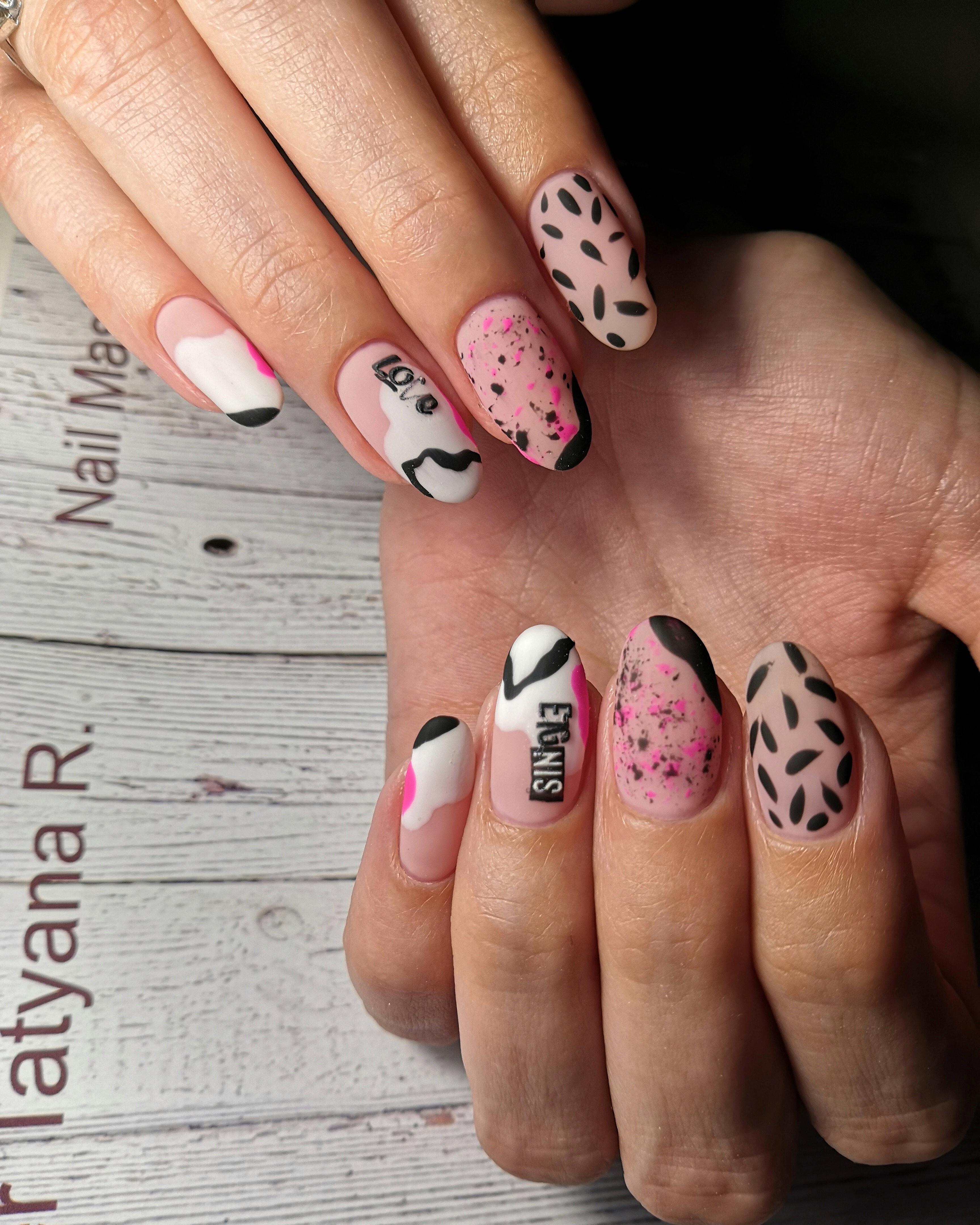 Матовый маникюр с абстрактным рисунком и надписями на короткие ногти.