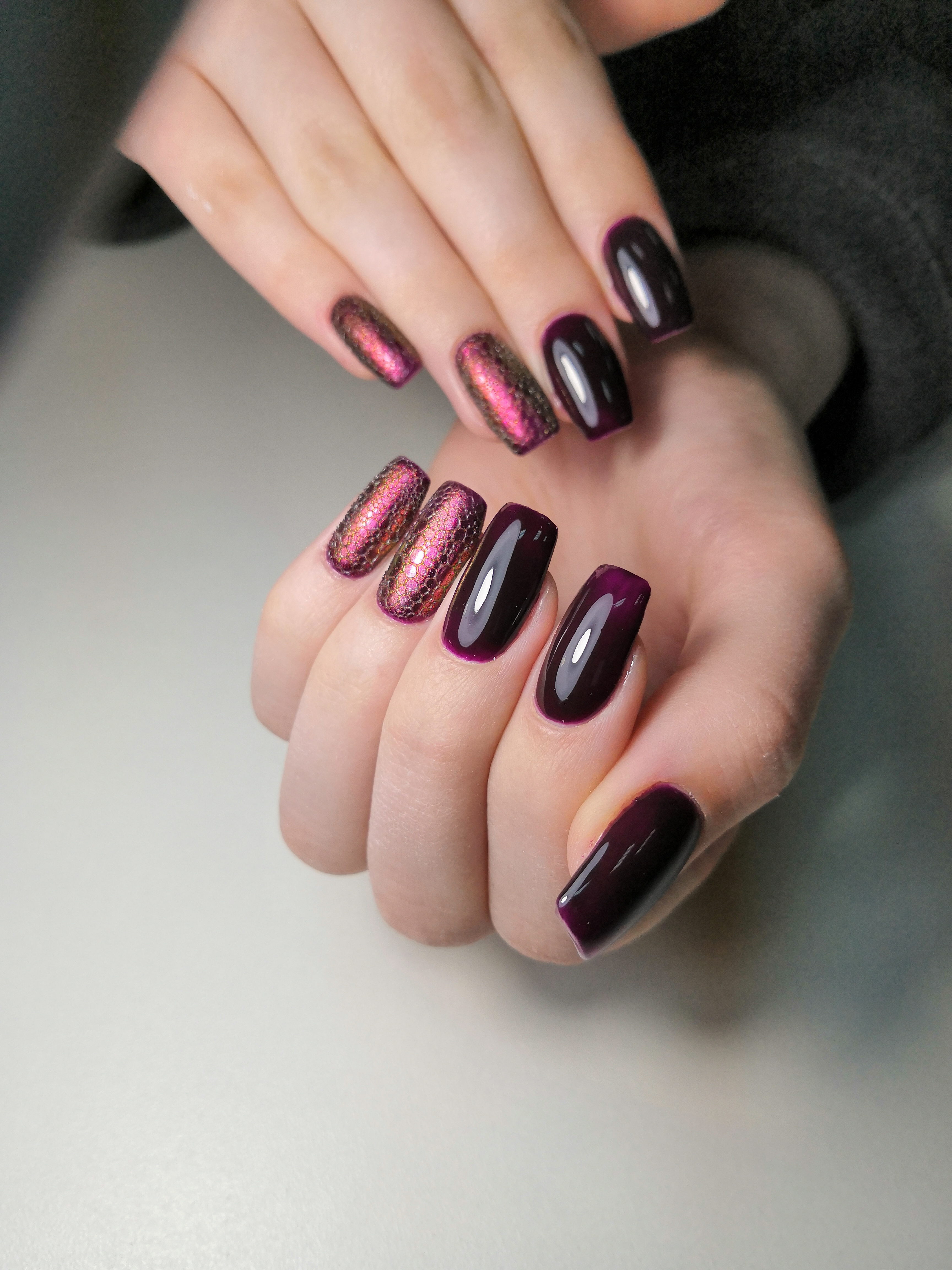 Маникюр в тёмном баклажановом цвете с bubble-эффектом.