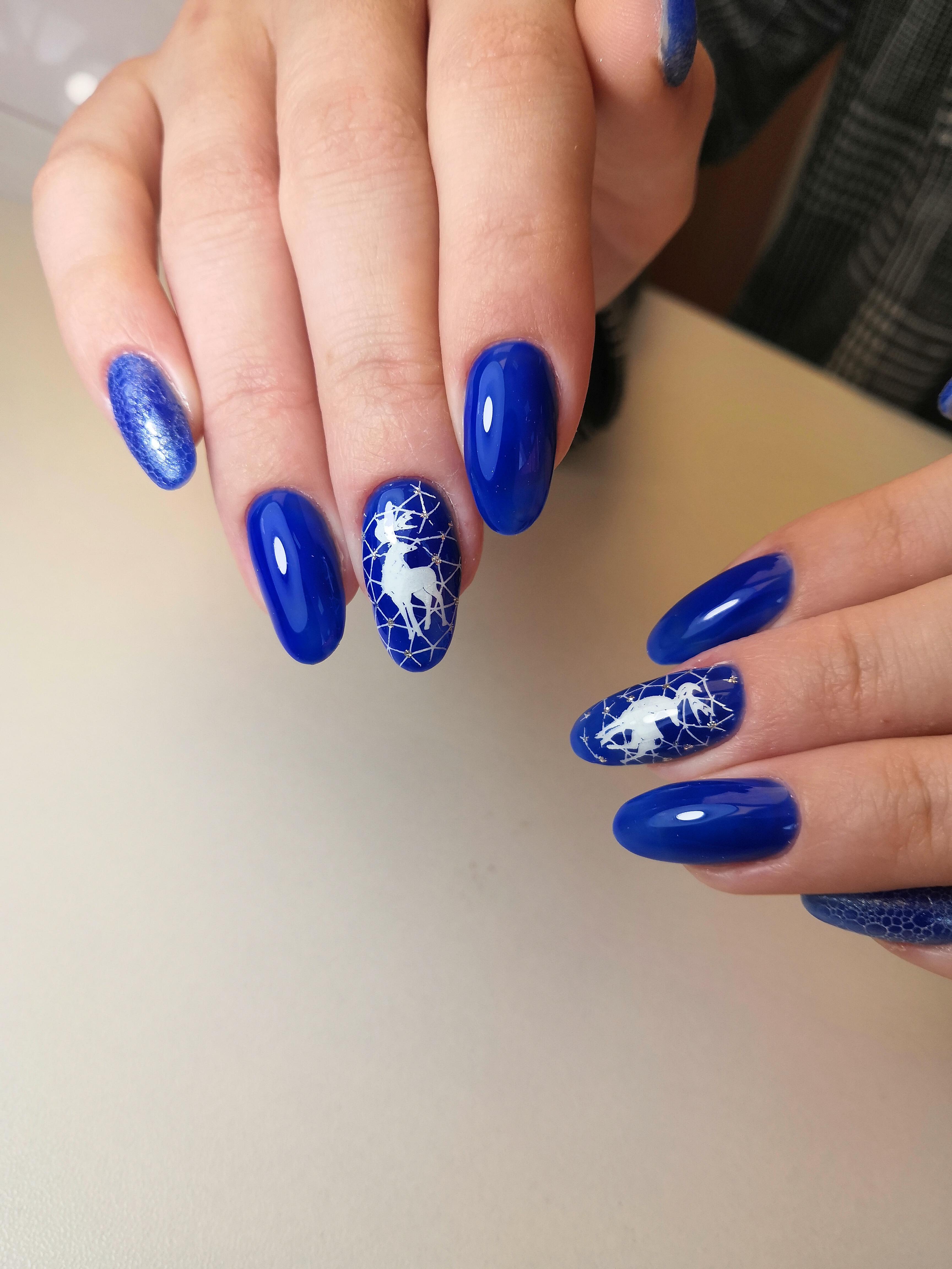 """Однотонныйманикюр в синем цвете со слайдером """"олень"""" и bubble-эффектом."""