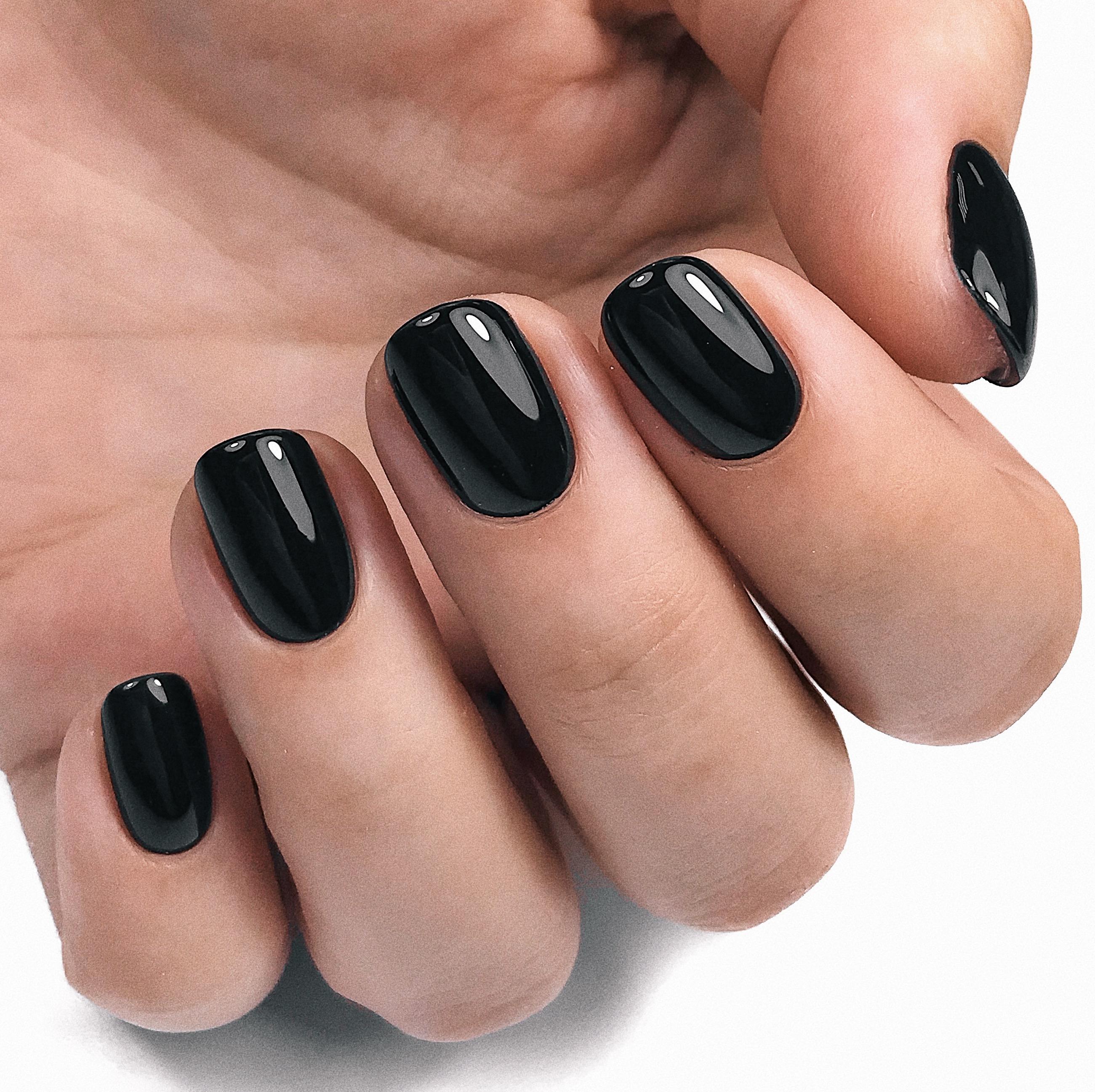 Однотонный маникюр в чёрном цвете.