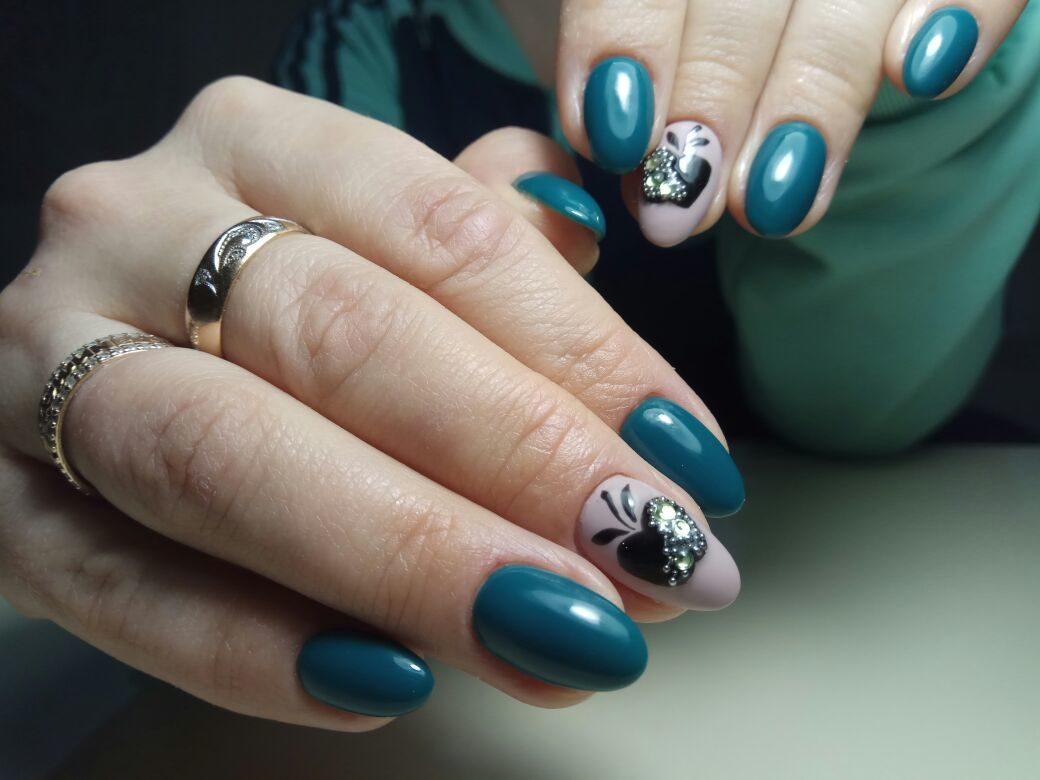 """Маникюр в сине-зелёном цвете с нюдовым дизайном, слайдерами """"яблоко"""" и стразами."""