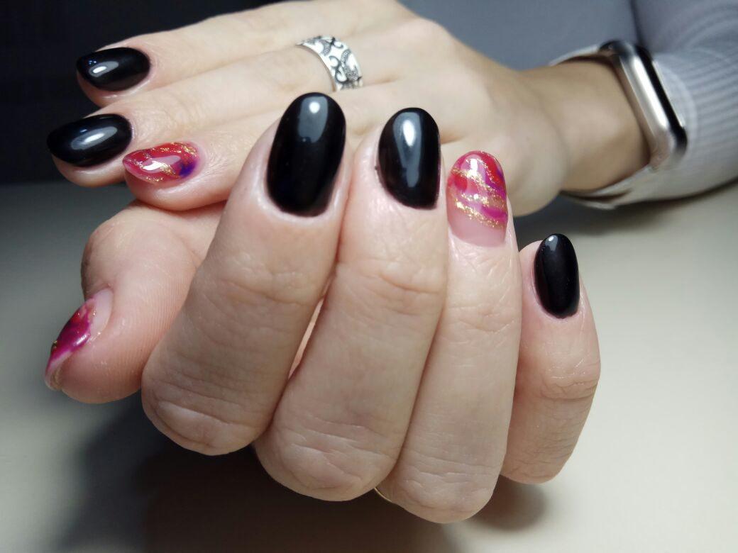 Однотонный маникюр в чёрном цвете с цветным абстрактным дизайном и золотыми блёстками.