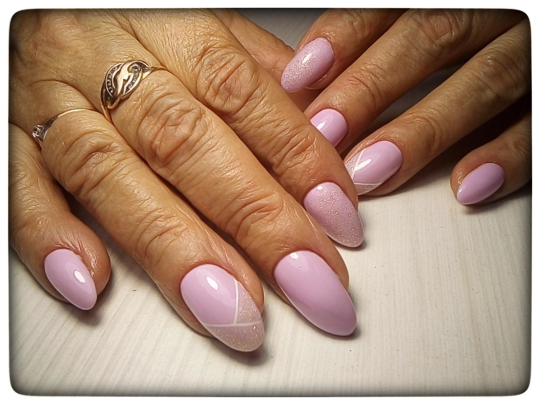 Маникюр в розовом цвете с блёстками и белыми полосками.