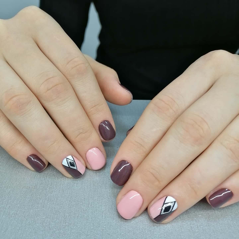 Геометрический маникюр с блестками в баклажановом цвете.