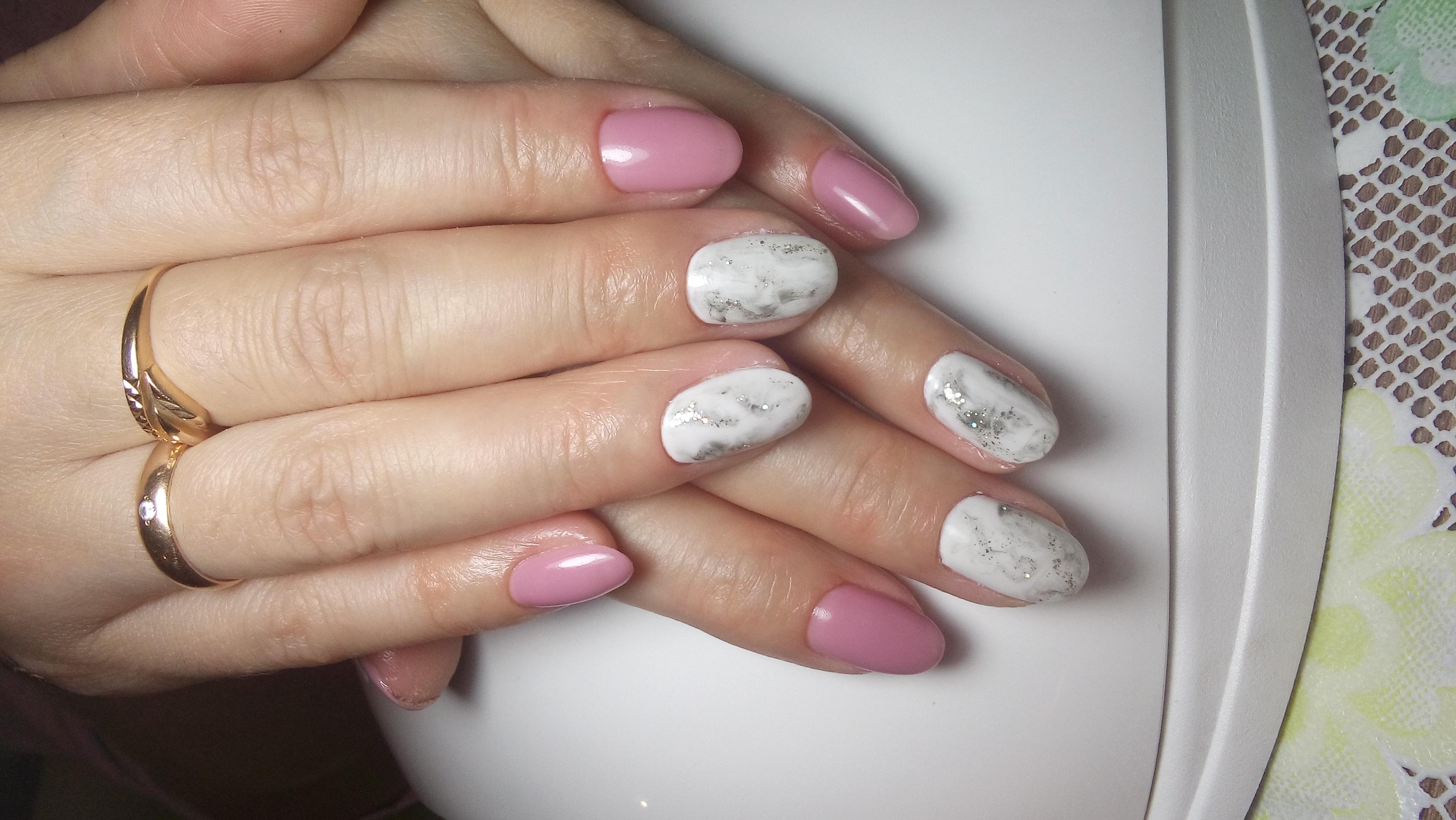 Маникюр с сочетанием белого и розового цветов и серебряных блёсток.