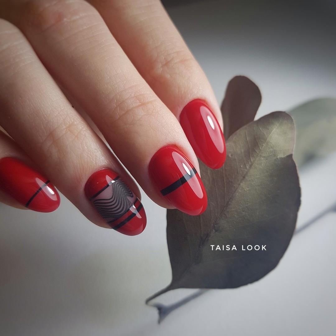 Маникюр в красном цвете с полосками и слайдерами.