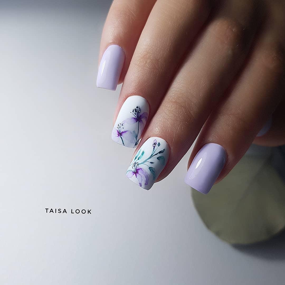Маникюр в нежном  сиреневом цвете с акварельными цветами.