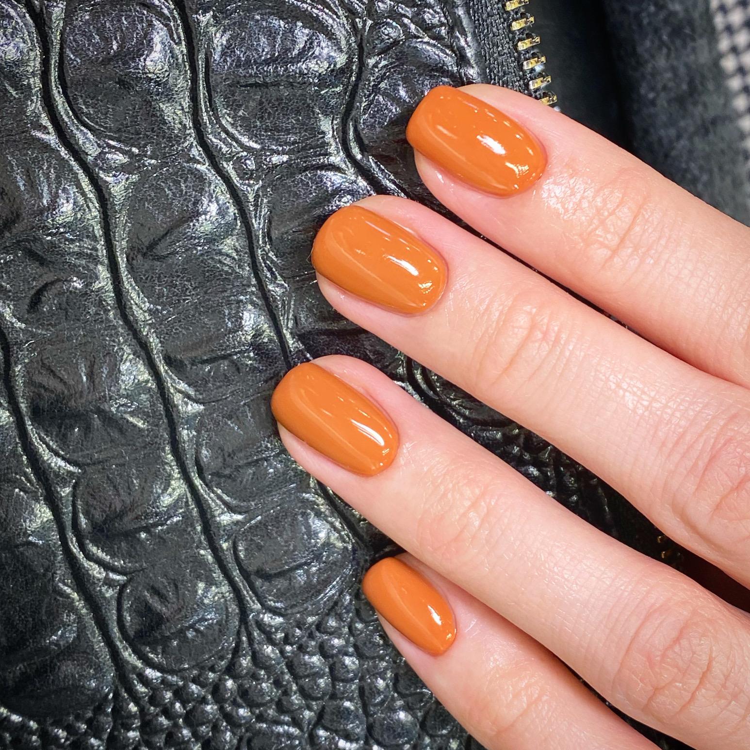 Маникюр в оранжевом цвете на короткие ногти.