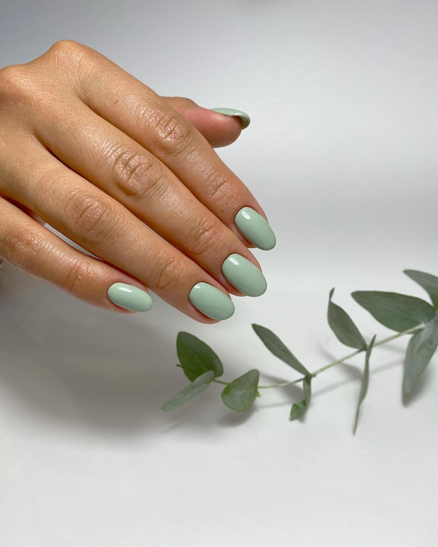 Маникюр в фисташковом цвете на короткие ногти.