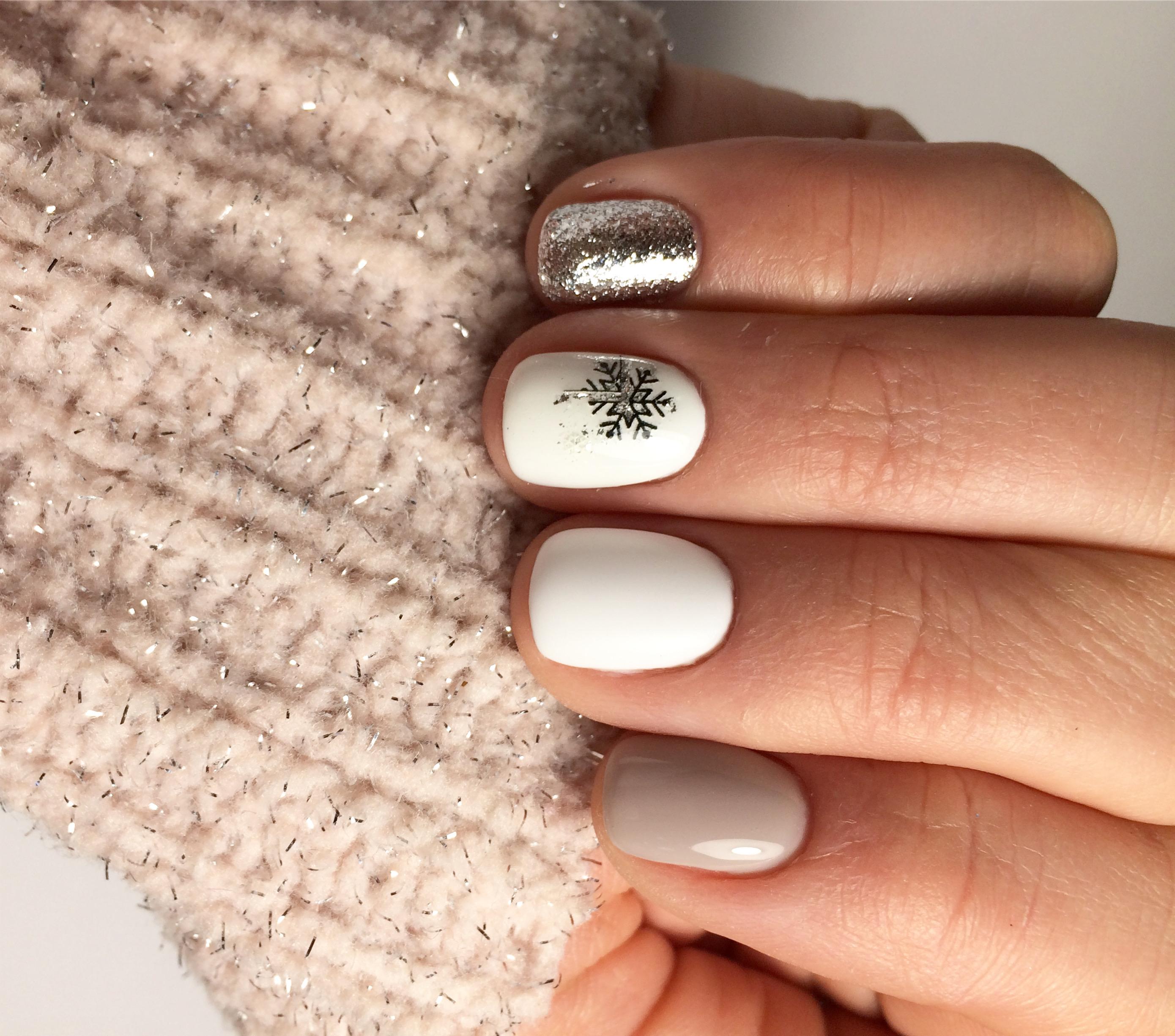 Зимний маникюр со снежинкой и серебряными блестками в пастельных тонах на короткие ногти.