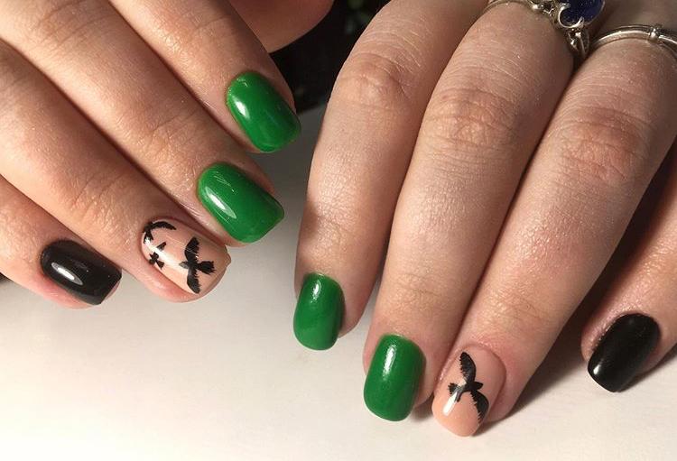 Маникюр с птичками в зеленом цвете.