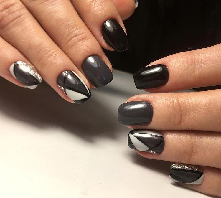 Геометрический маникюр с серебряными блестками в сером цвете.