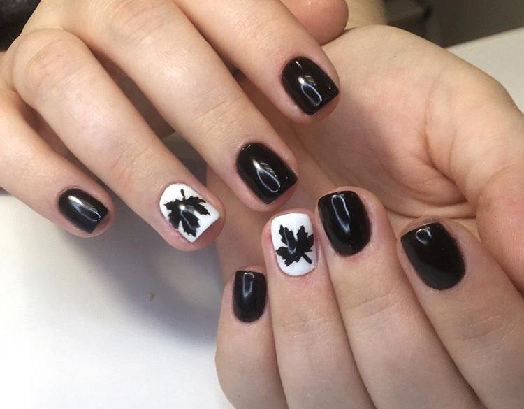 Маникюр с кленовым листом в черном цвете.
