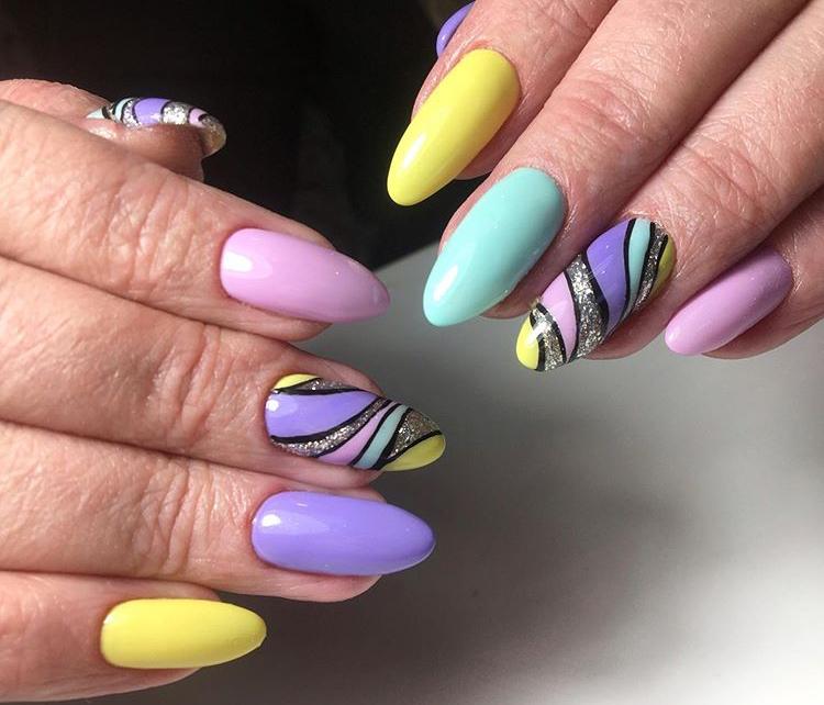 Геометрический разноцветный маникюр с серебряными блестками.