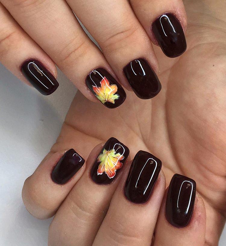 Маникюр с кленовым листом в шоколадном цвете.