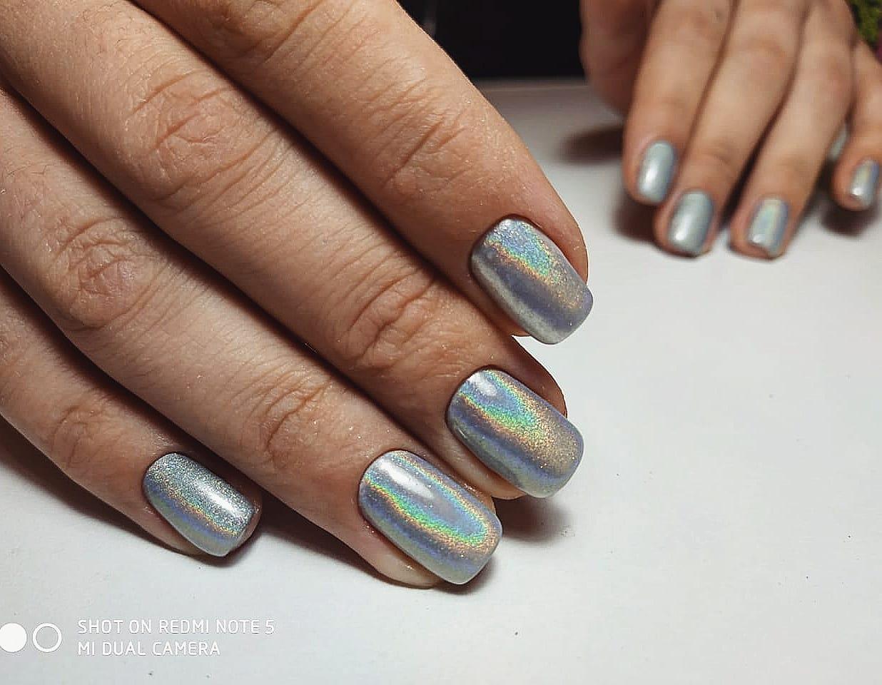 Маникюр с серебряной втиркой на короткие ногти.